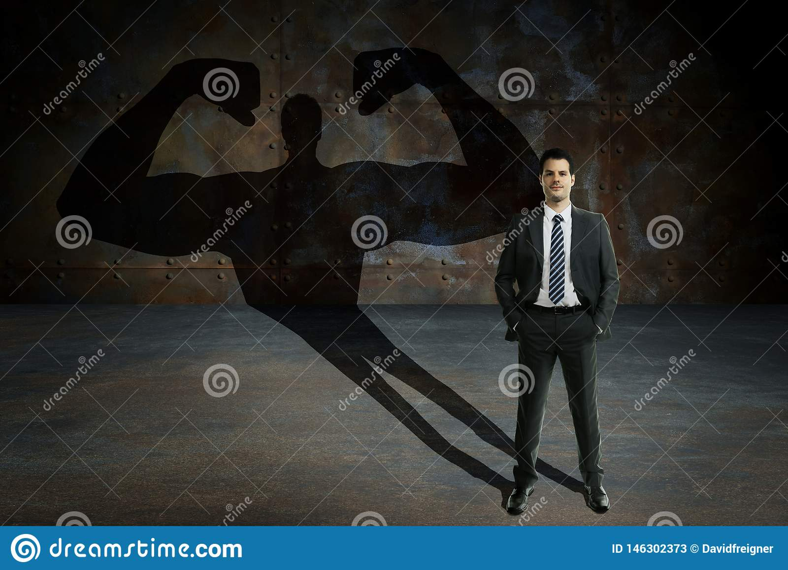 Молодой и красивый бизнесмен с секретными силами Мотивация дела и концепция succes