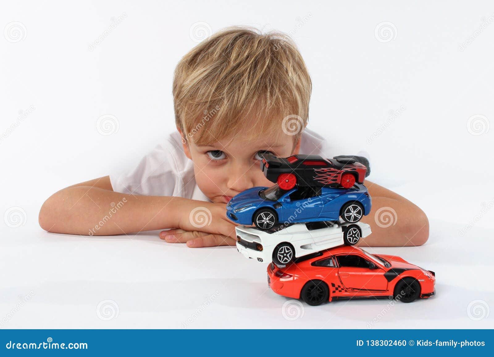 Молодой казаться ребенка дошкольного возраста пробурил игру с игрушками