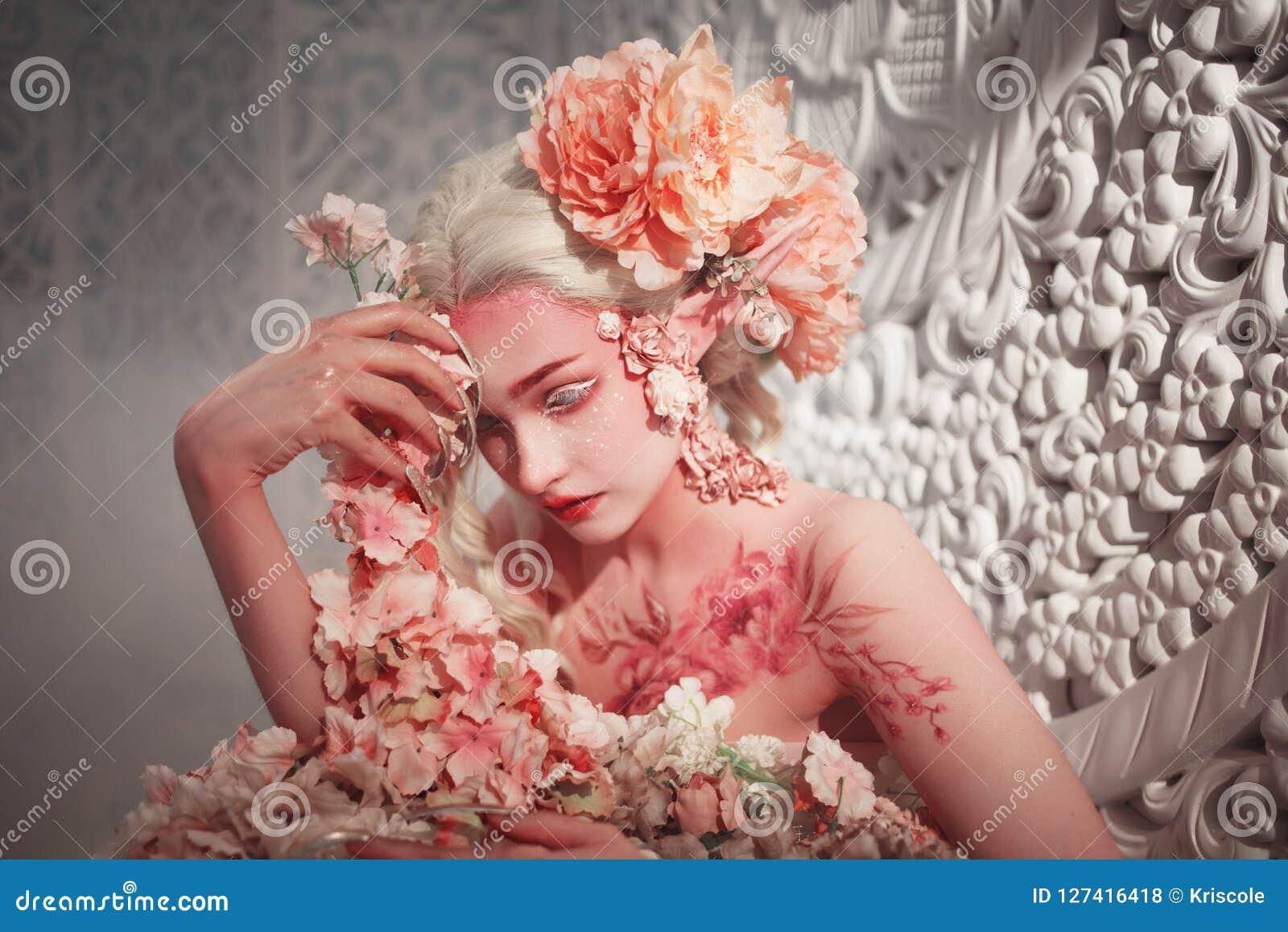 Молодой красивый эльф девушки Творческие состав и bodyart