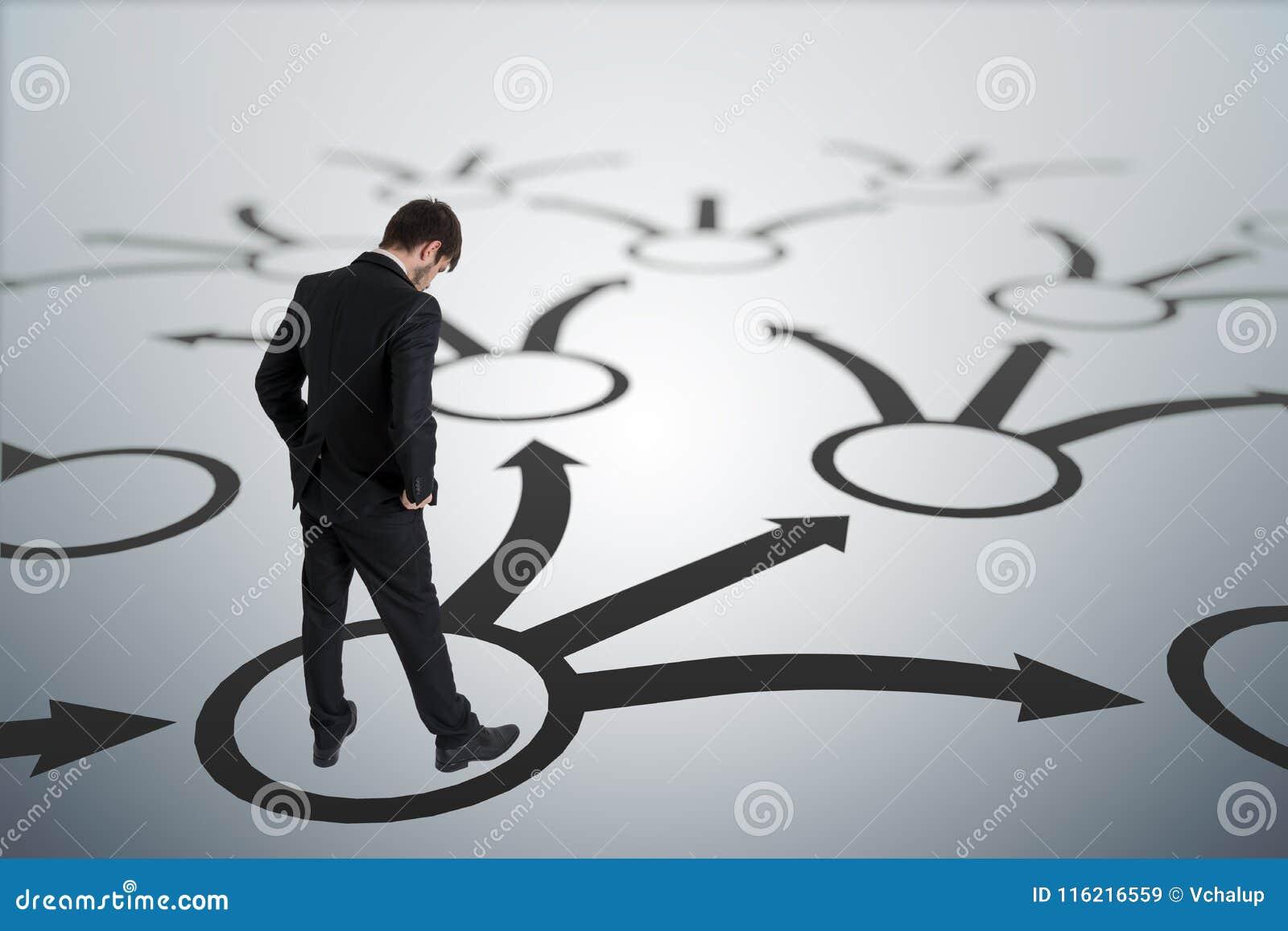 Молодой неуверенный человек принимает решениее Стратегия и концепция выбора