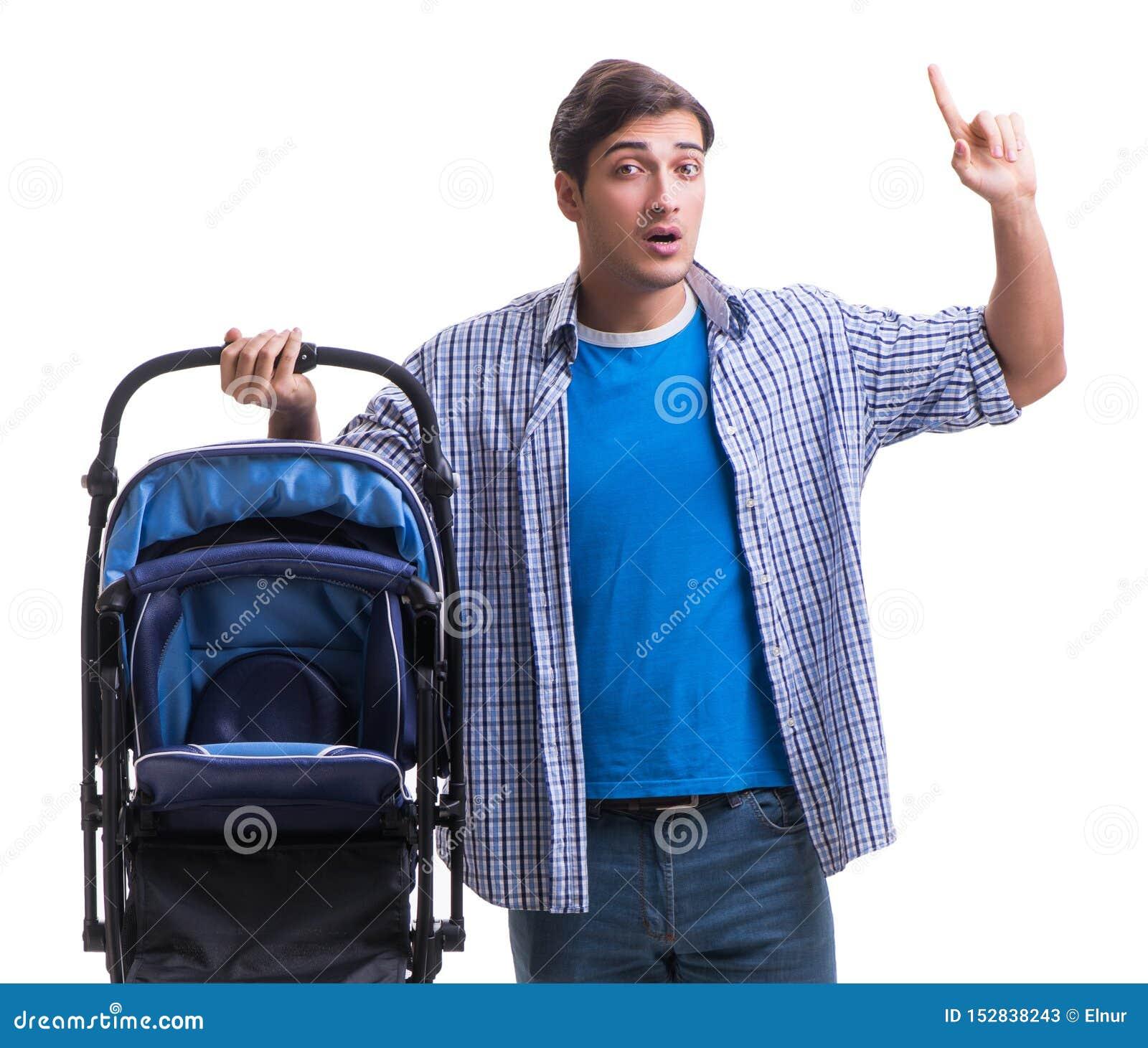 Молодой папа с pram ребенка изолированным на белизне