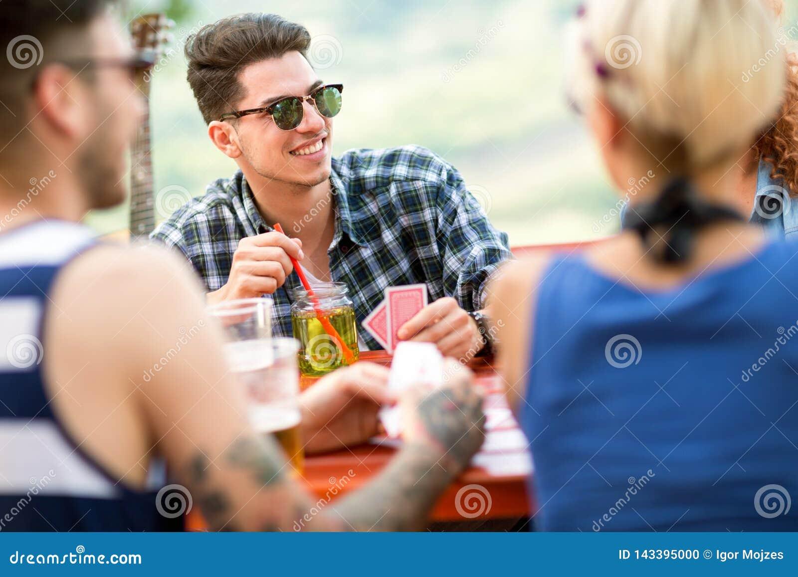 Парни играют в карты играть карты двойки