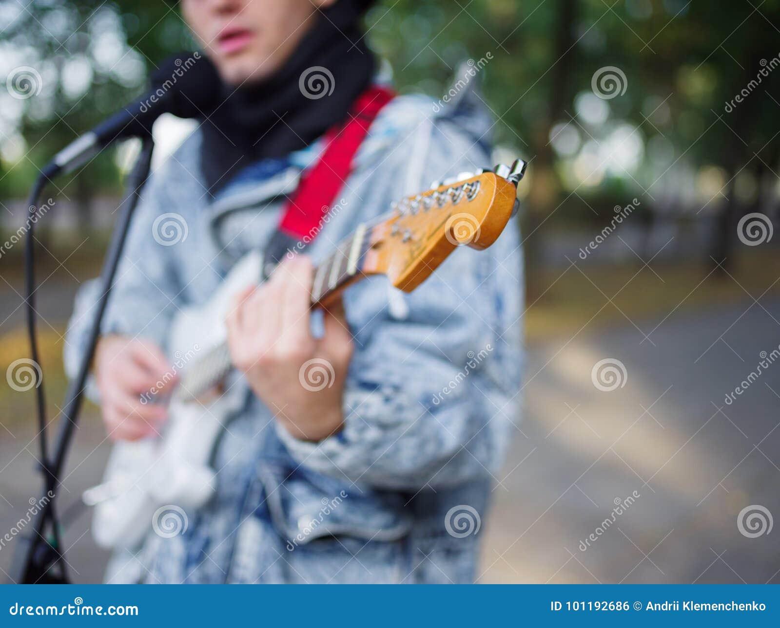 Молодая девушка играет с молодым парнем