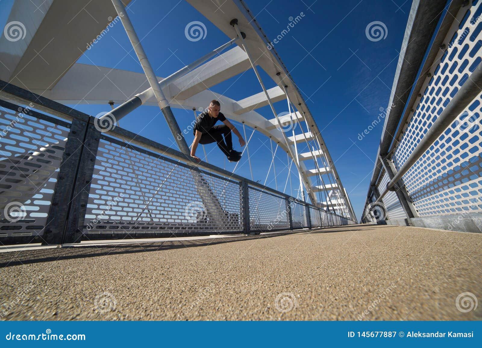 Молодой практиковать спортсмена на открытом воздухе