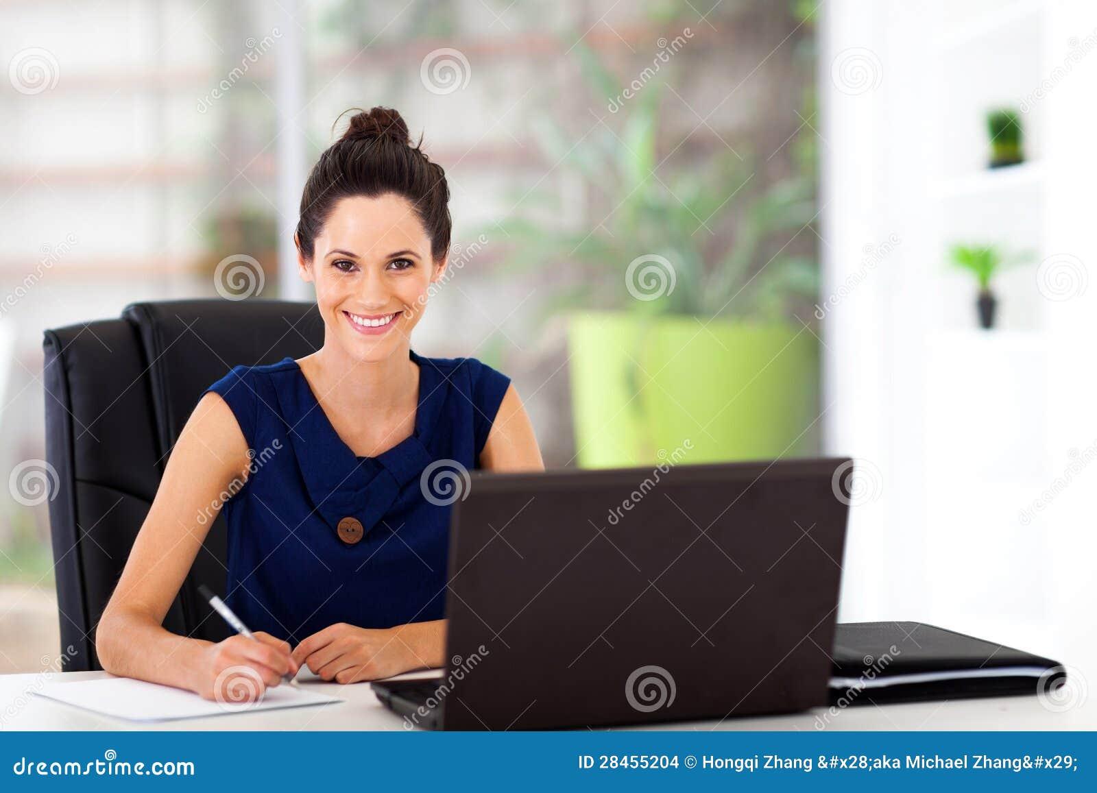 Молодой работник офиса