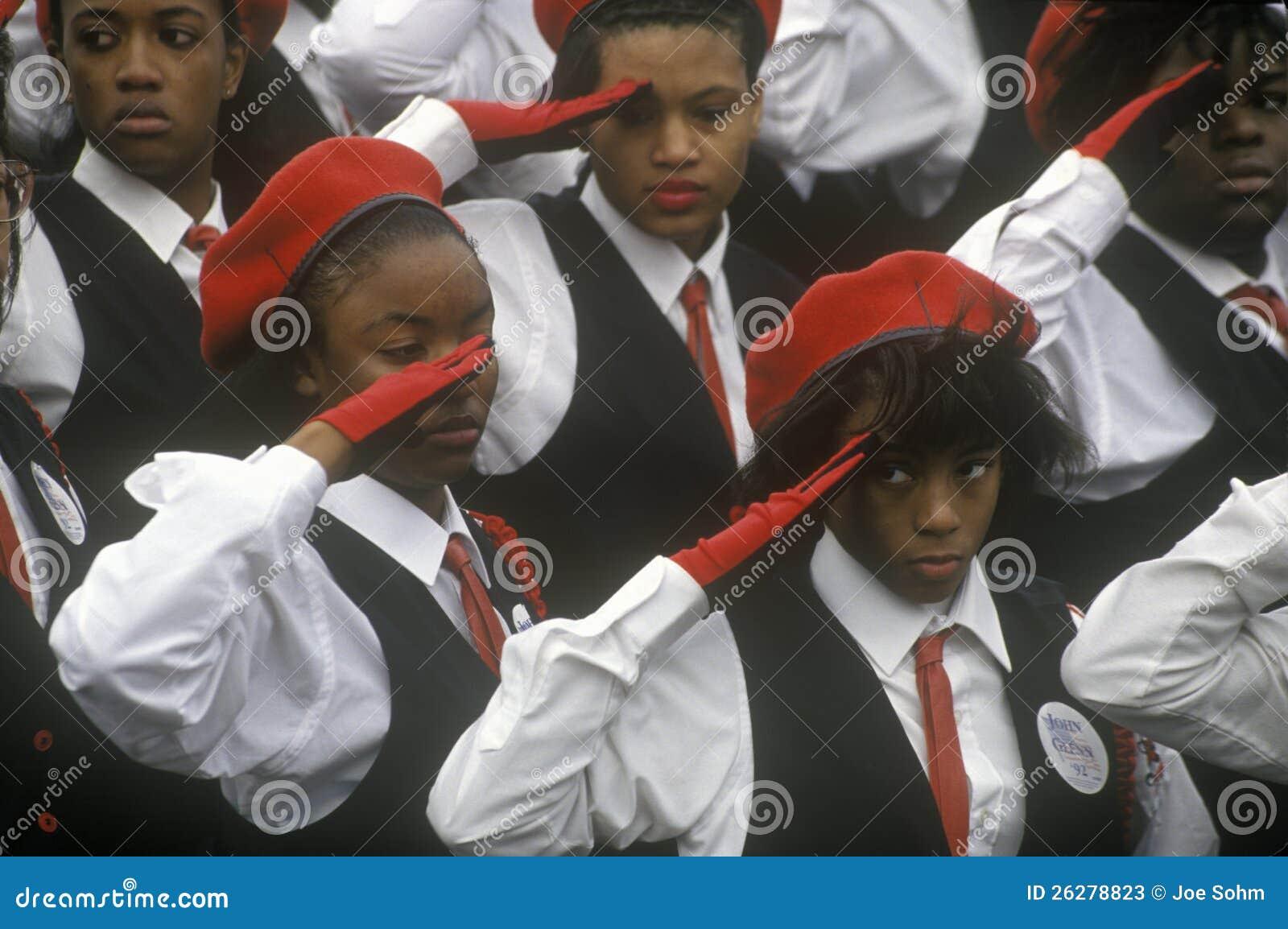 Молодой салют женщин African-American