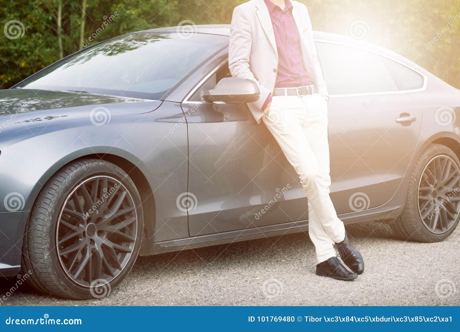 Молодой, счастливый, бизнесмен в автомобиле Человек в костюмах готовя дорогой, спортивная машина детеныши человека успешные