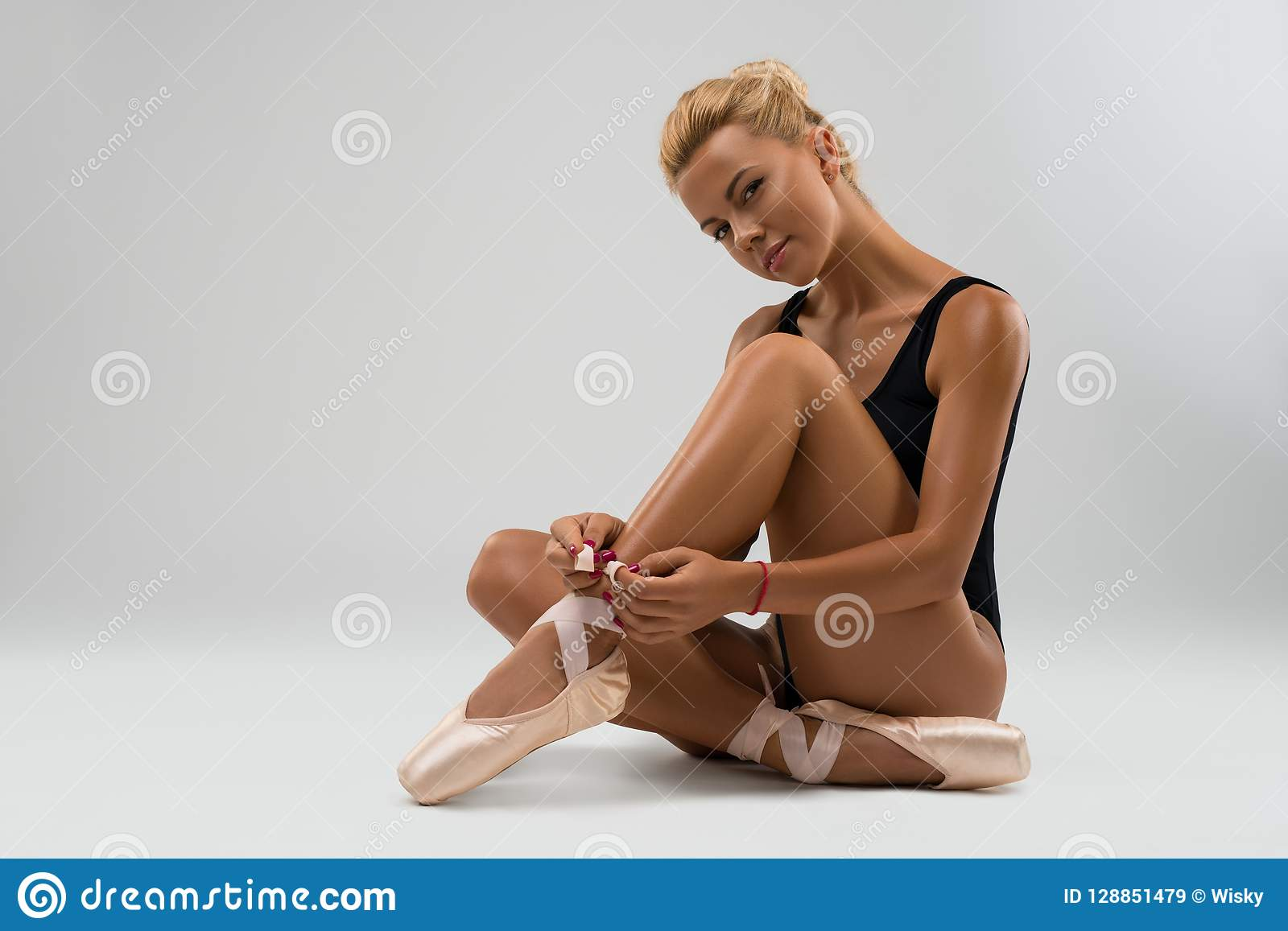Молодой танцор в pointe и женское бельё на поле