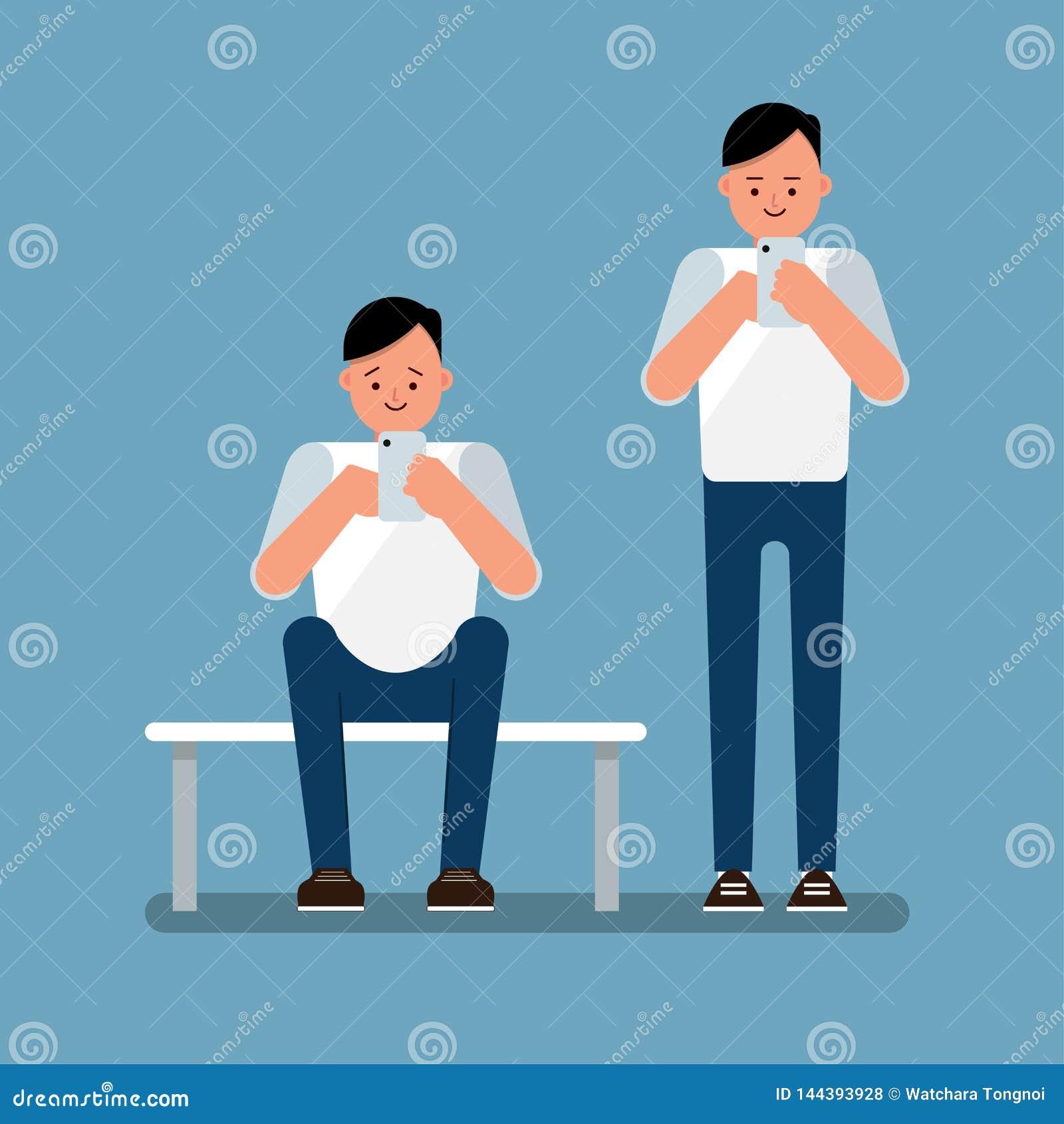 Молодой человек используя интернет просматривать смартфона, стоит вверх и сидит вниз