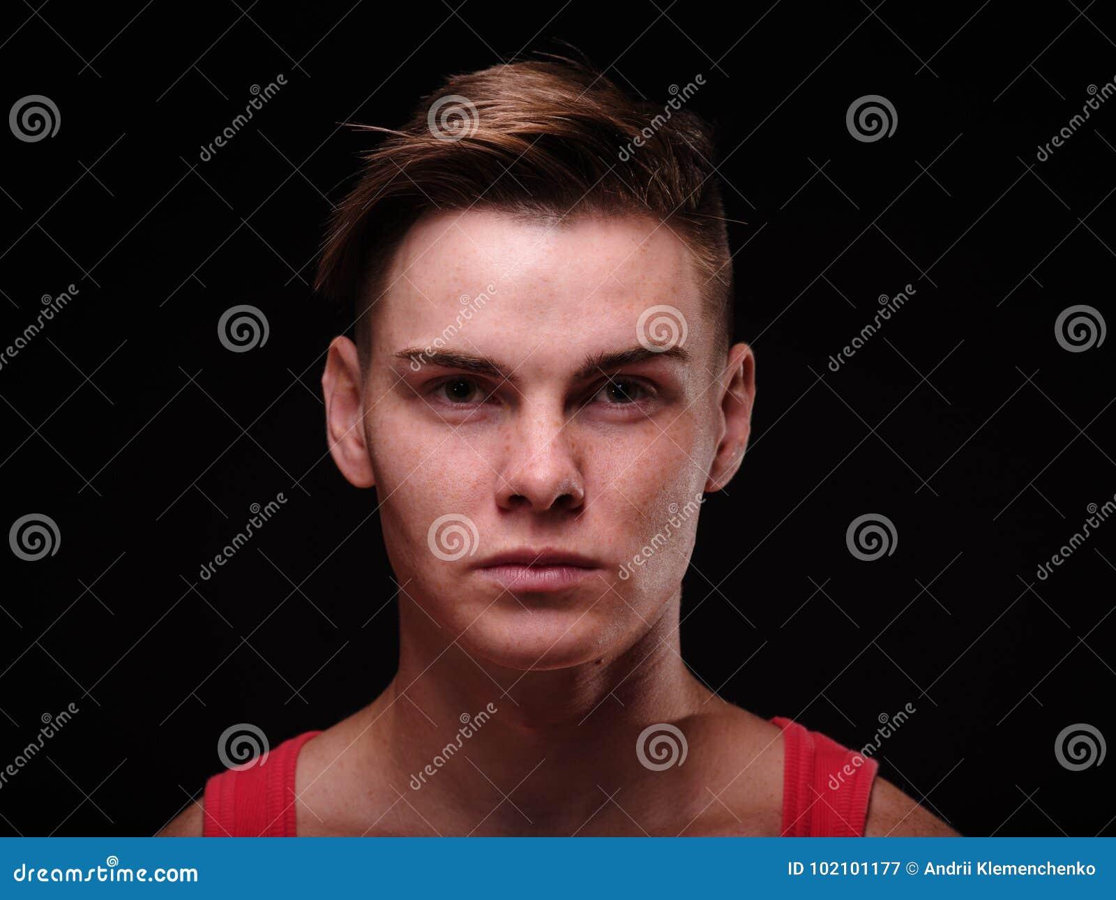 Молодой человек конца-вверх красивый на черной предпосылке Мужеский парень Концепция фотографии портрета