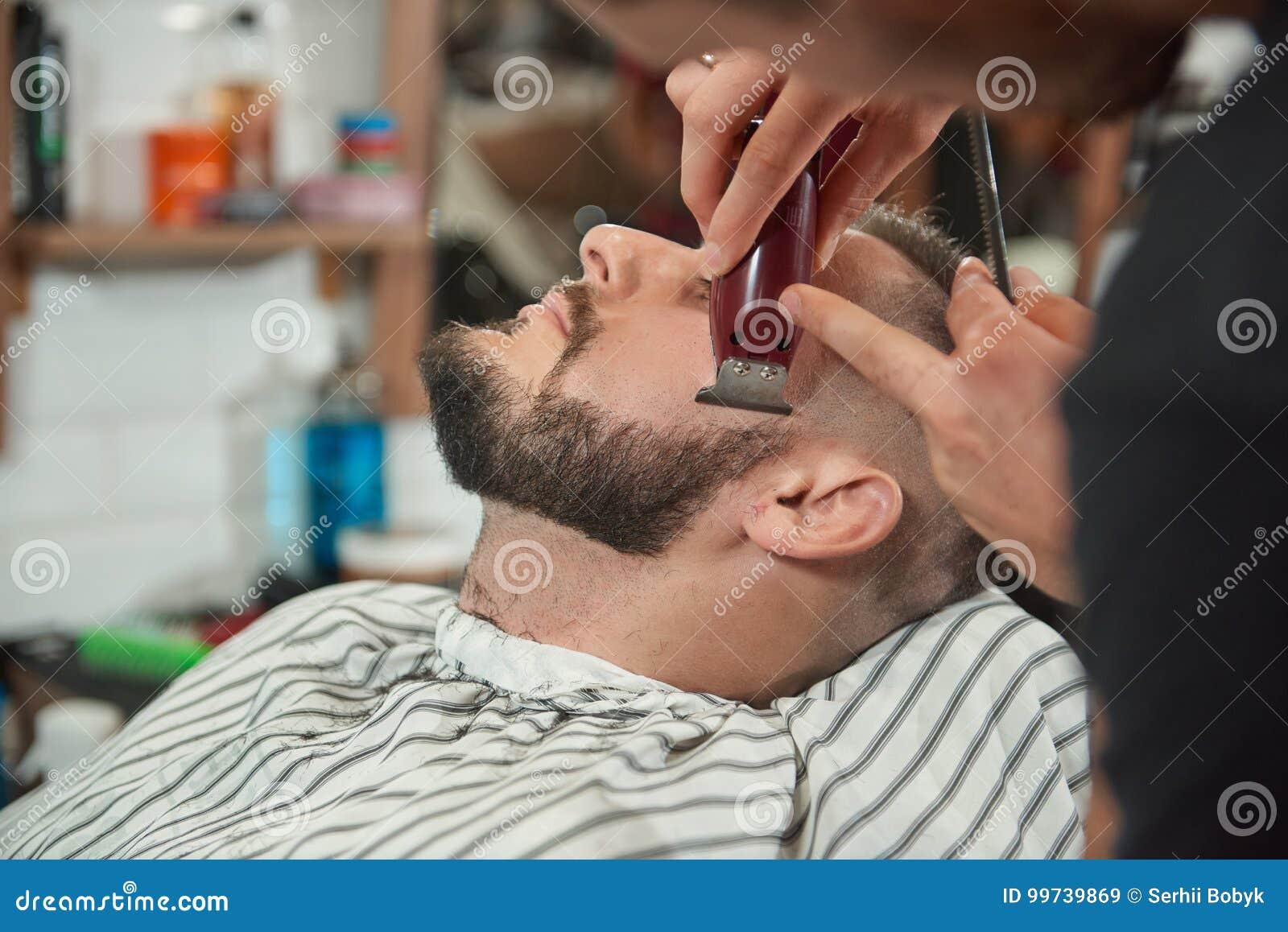 Молодой человек на парикмахерскае