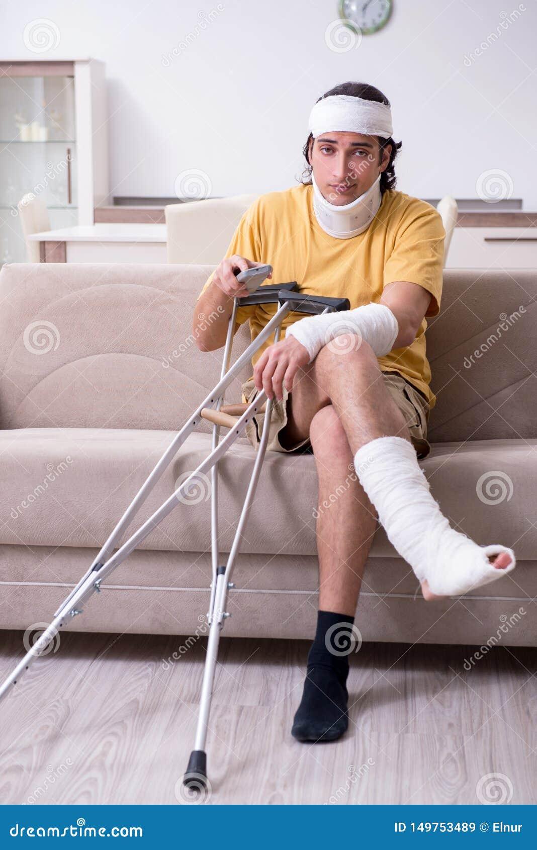 Молодой человек после аварии беря дома