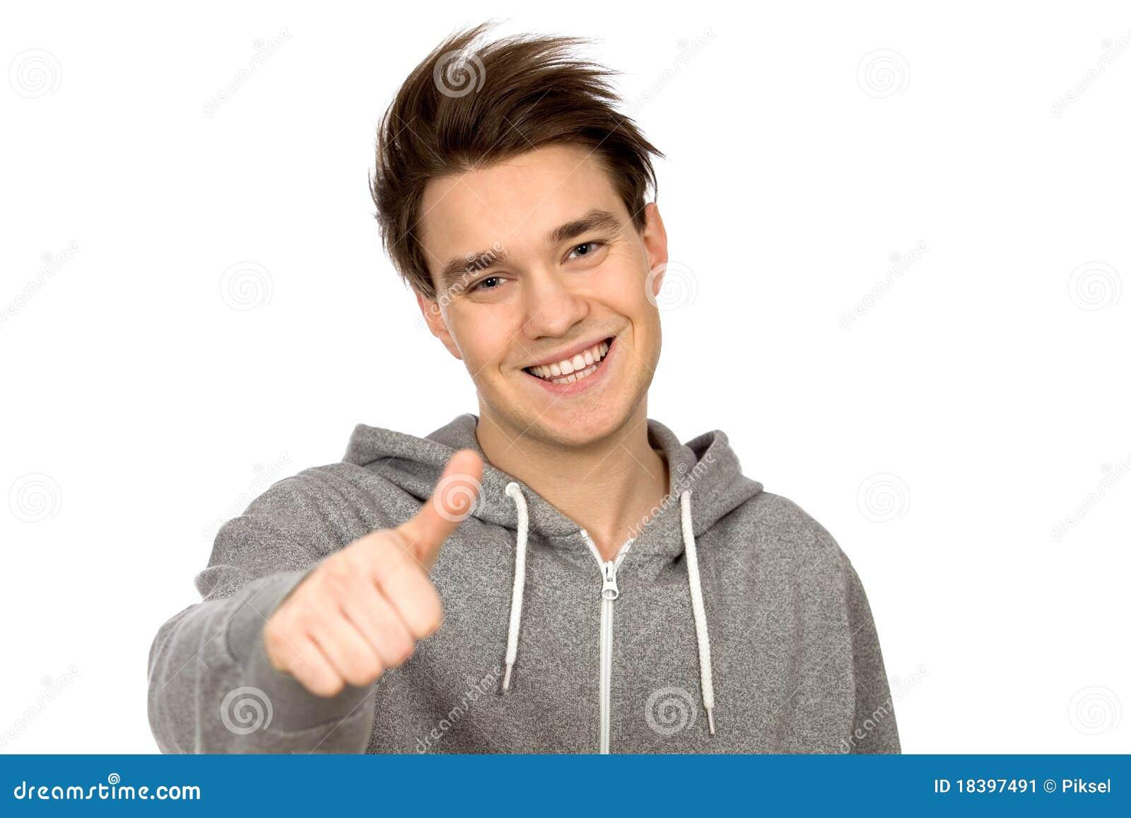 Молодой человек с большими пальцами руки вверх