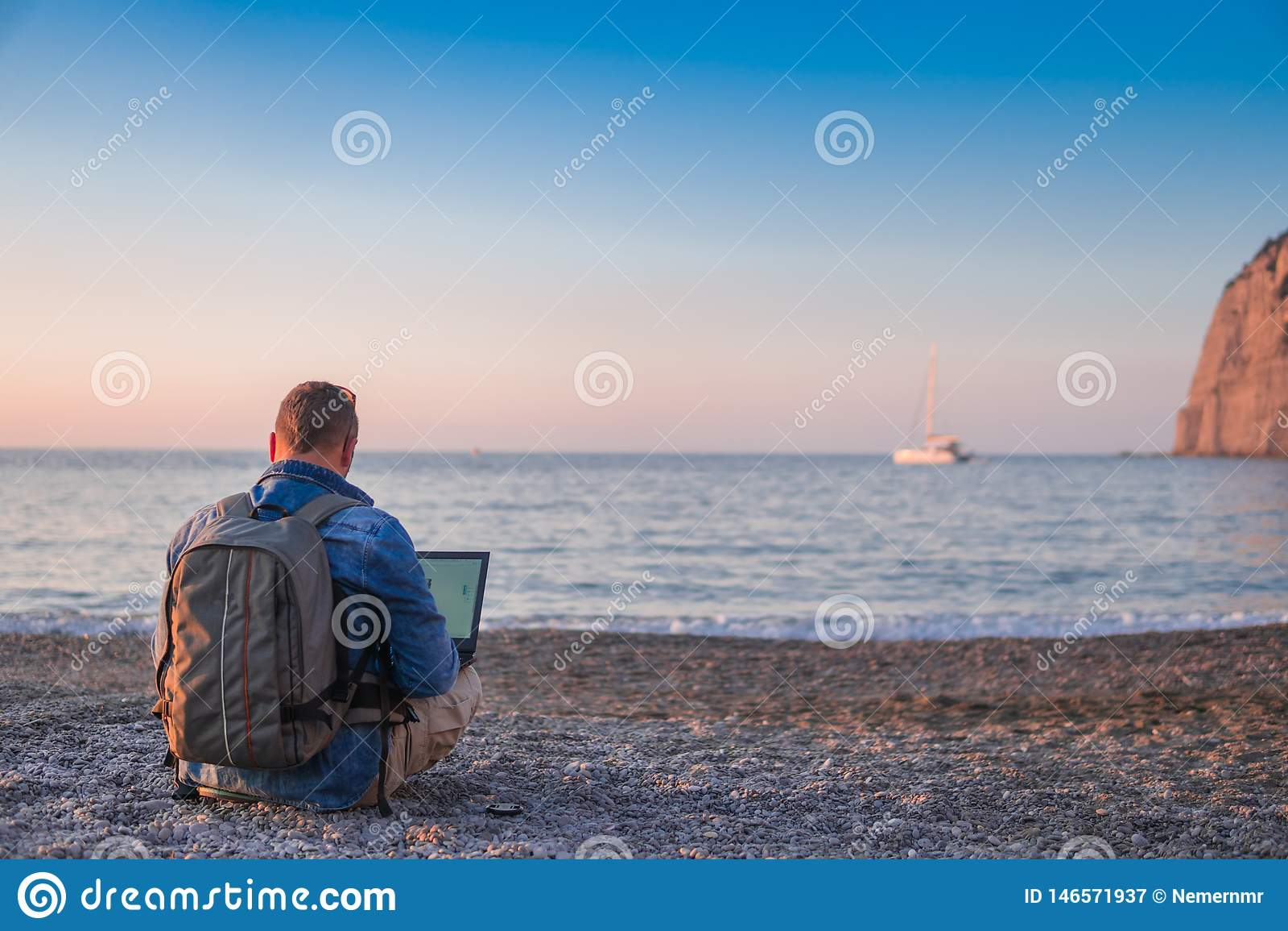 Молодой человек с деятельностью ноутбука на пляже Свобода, удаленные концепции работы, фрилансера, технологии, интернета, перемещ