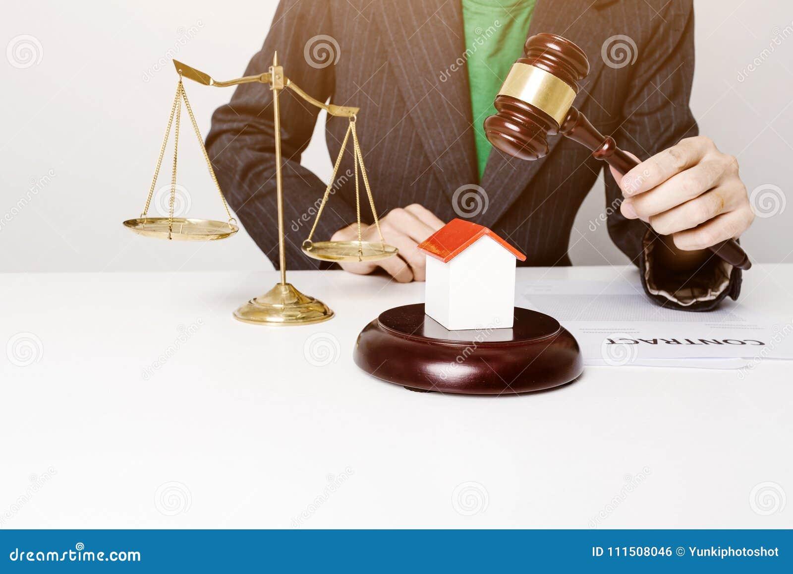 Молодой юрист держа деревянную деятельность молотка