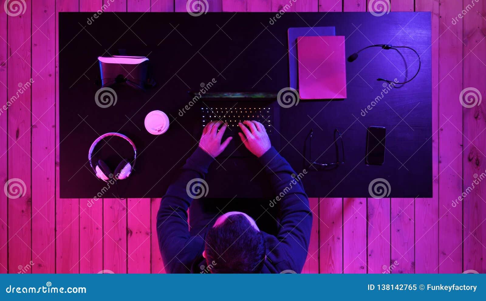 Молодой gamer подготавливая для игры на ноутбуке