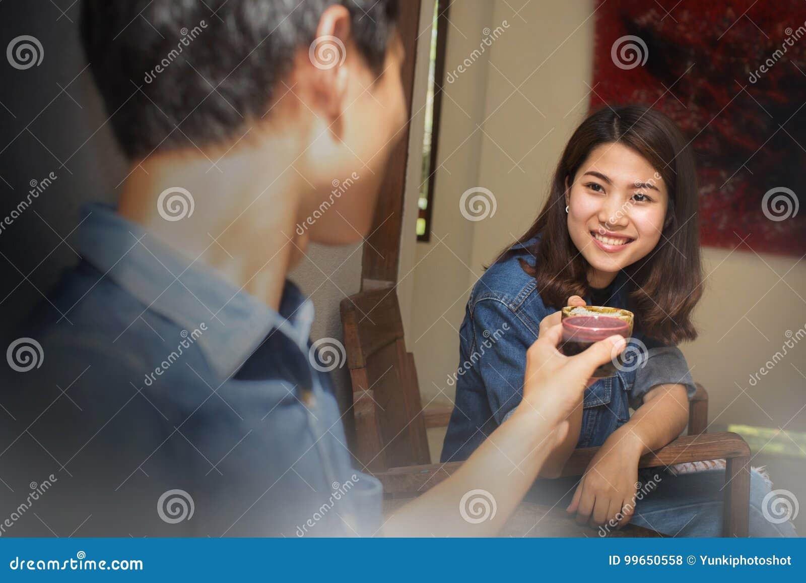 Молодые азиатские пары в влюбленности счастливой