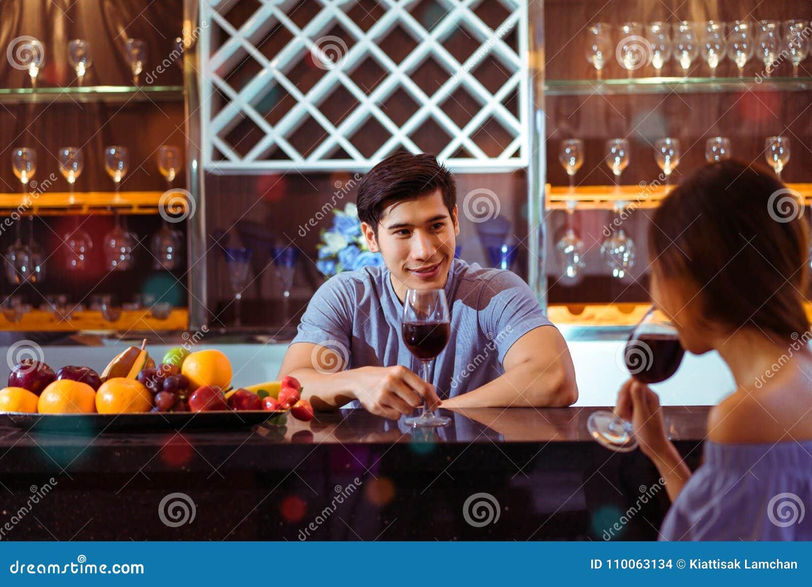 Молодые азиатские пары совместно укомплектовывают личным составом и стекла clink женщины