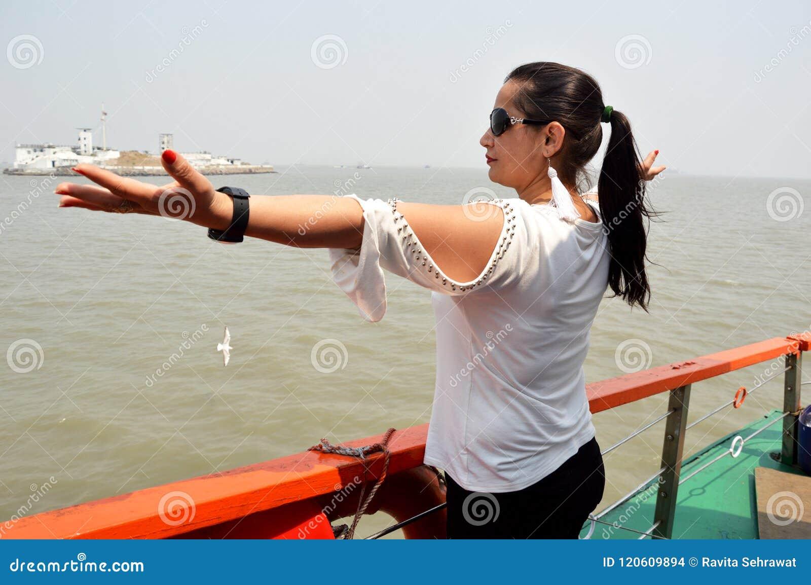 Молодые женщины наслаждаясь морской водой в океане mumbai