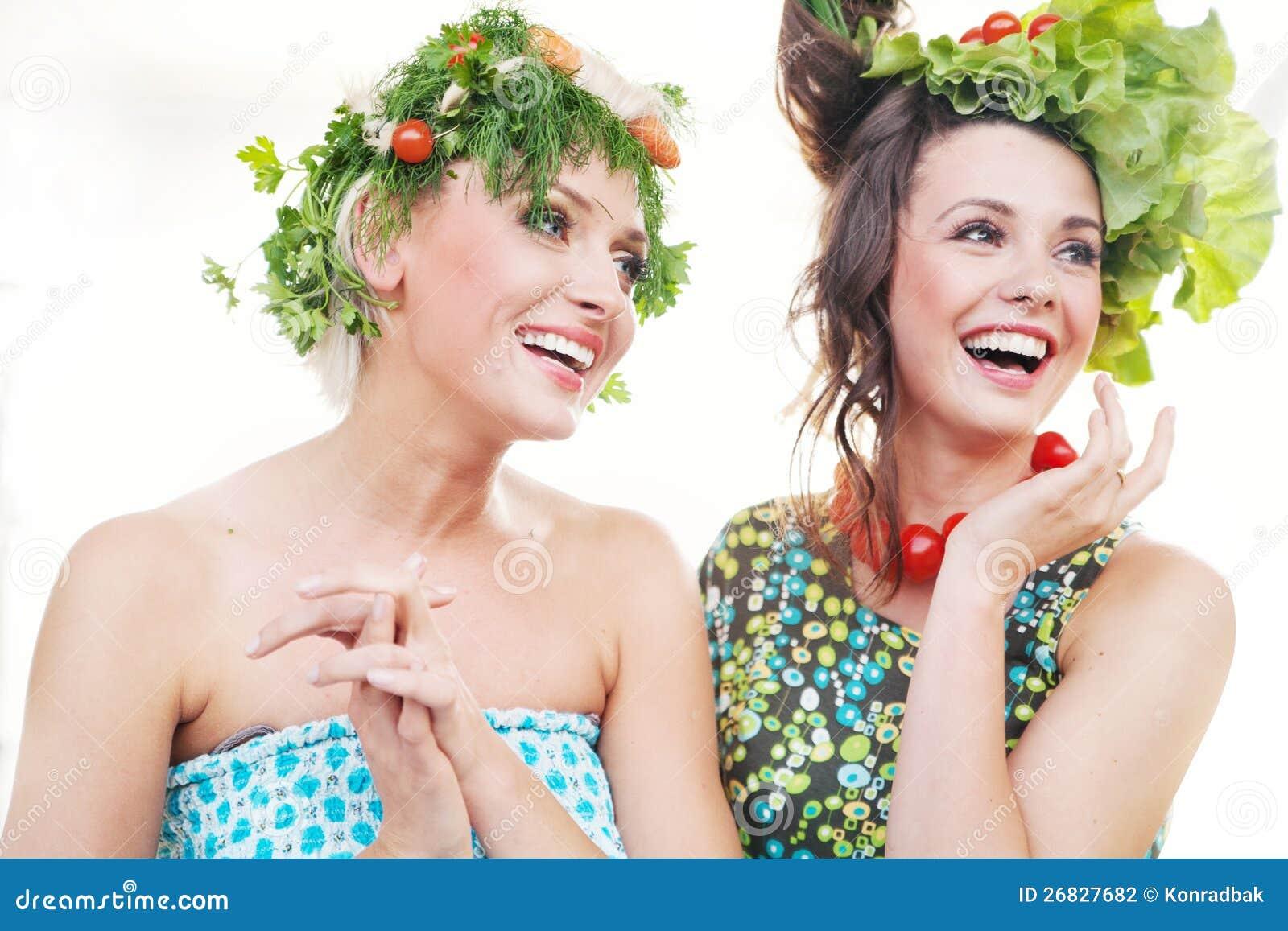 Молодые женщины с стилями причёсок овощей