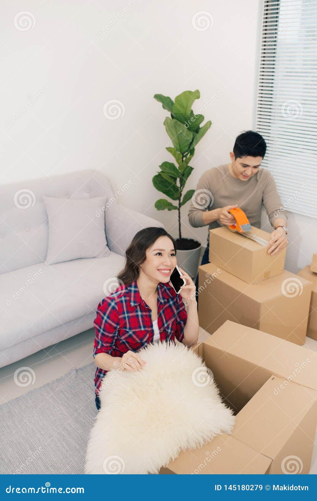 Молодые любящие пары двигая к новому дому Концепция дома и семьи