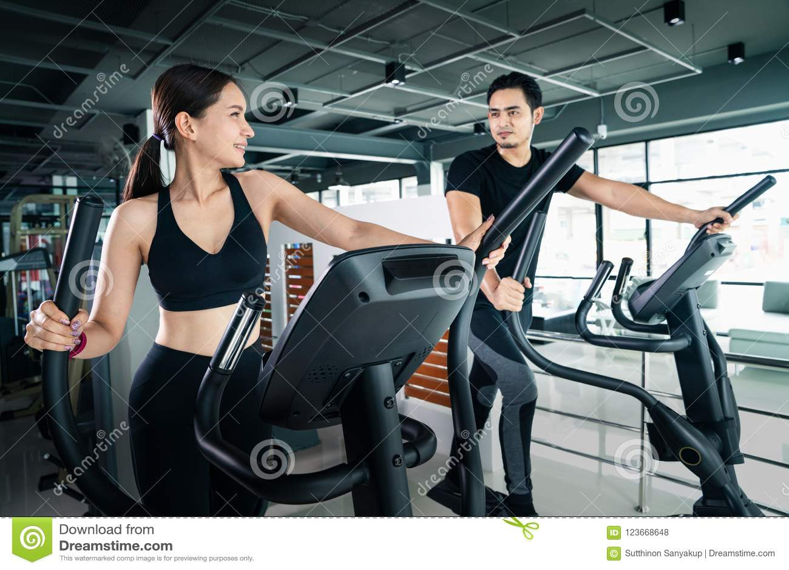 Молодые люди - группа в составе женщины и люди - делать спорт велосипед в спортзале для фитнеса, группы людей на спортзале работа