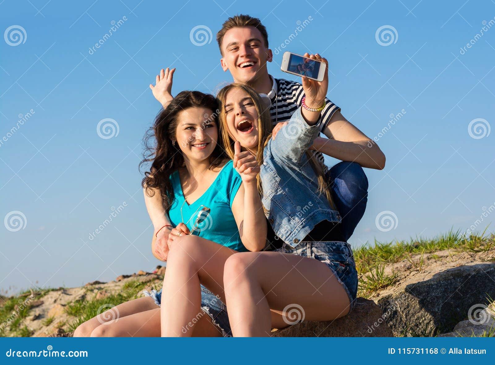 Женщины с молодыми парнем, домашняя порнуха неумелой девушки
