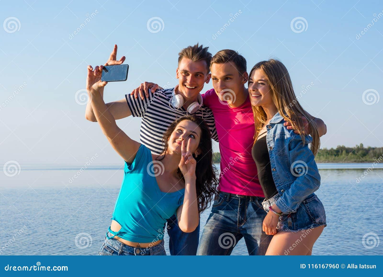 Красивых фото две женщины и парень девку