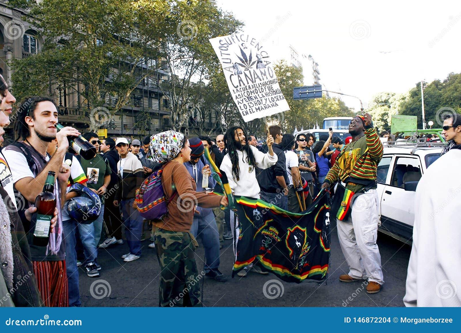 Молодые люди протестуя в улицах для узаконения конопли