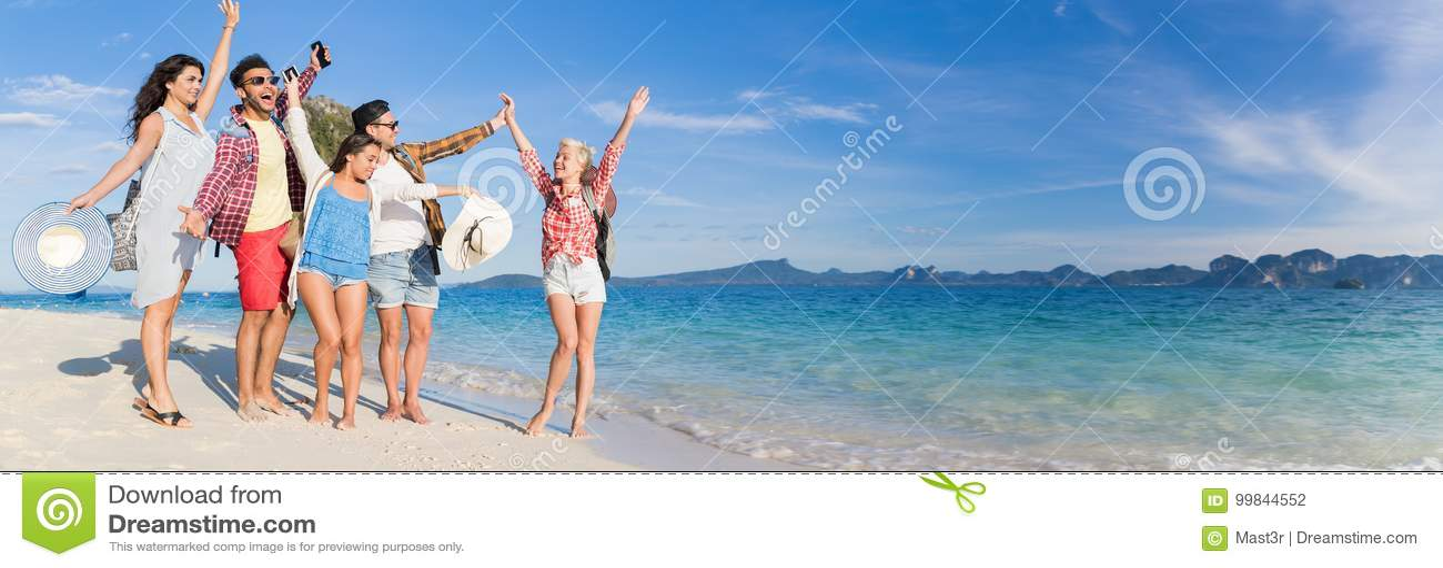 Молодые люди собирает на летние каникулы пляжа, счастливое усмехаясь взморье друзей идя