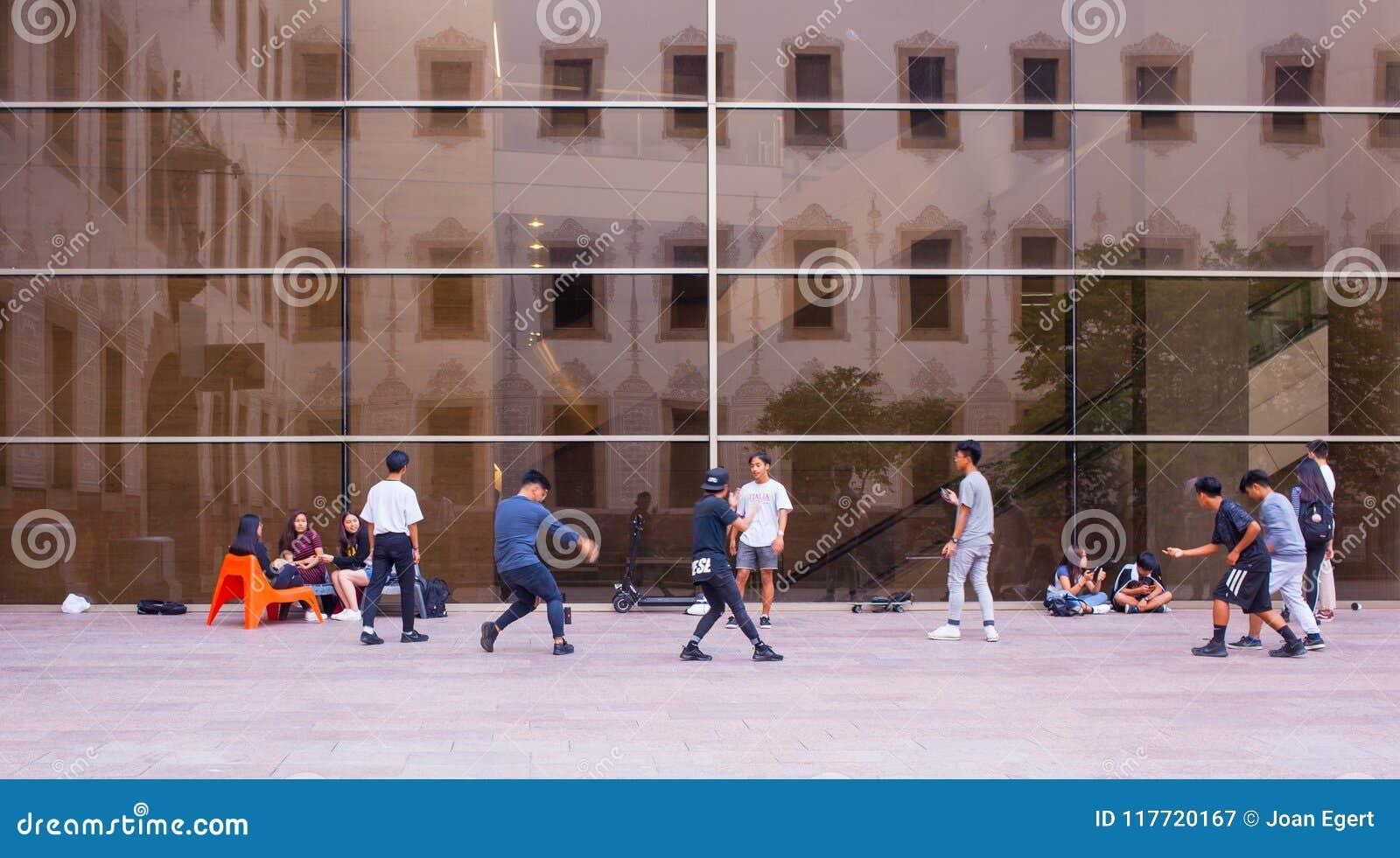 Молодые мальчики танцуя на CCCB Барселоне