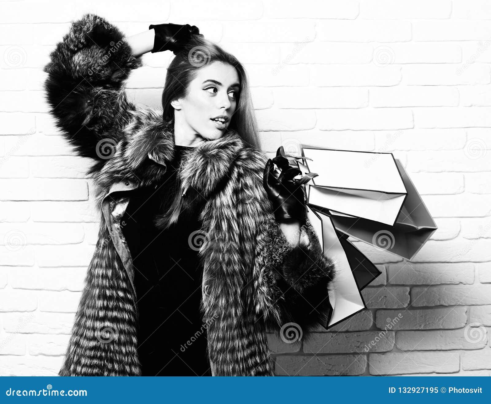 Молодые модные сексуальные милые богатые счастливые женщина или девушка с красивыми длинными светлыми волосами в пальто талии сер