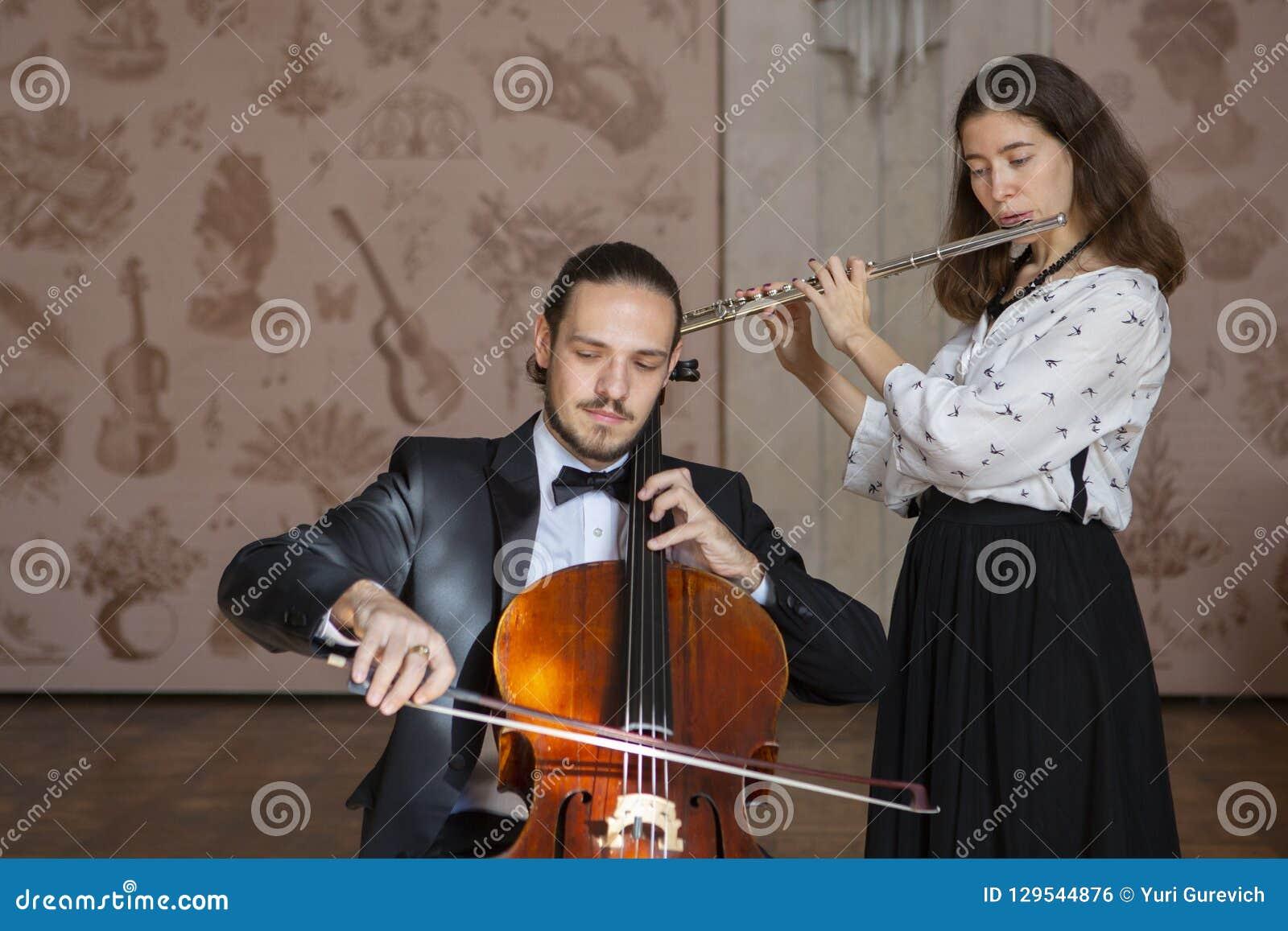 Молодые музыканты дуэта симфонического оркестра