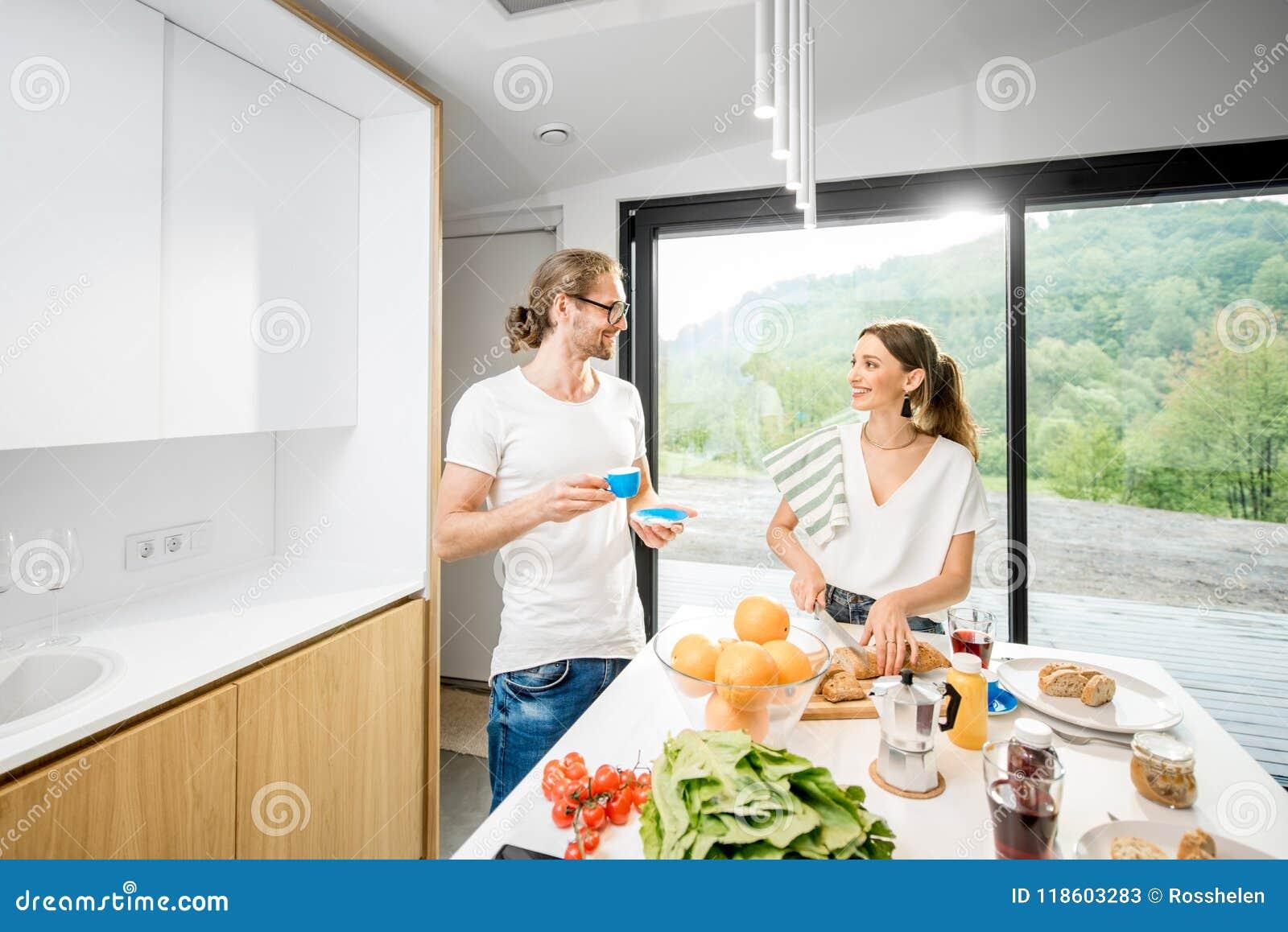Молодые пары имея завтрак дома