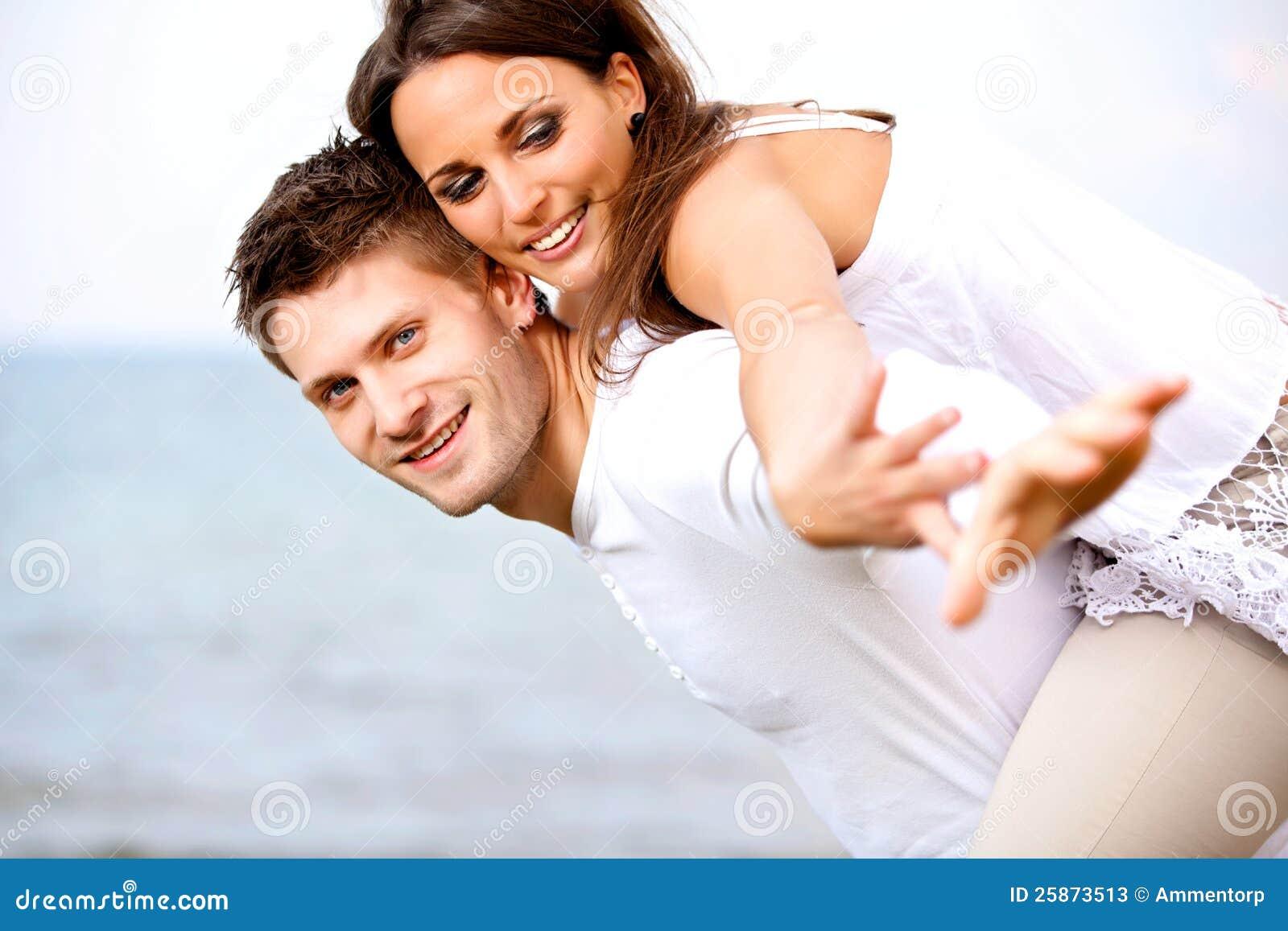 Молодые пары наслаждаясь их каникулой лета