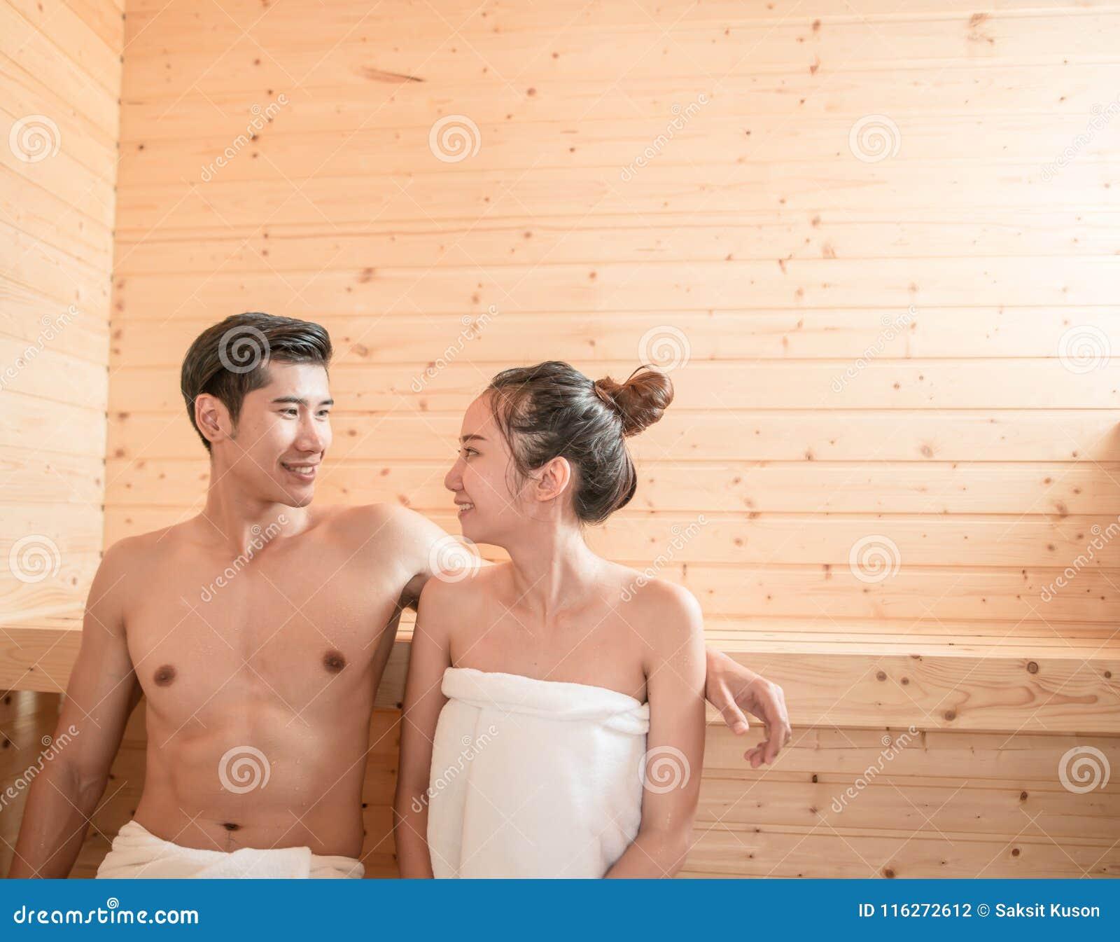 Молодые пары ослабляя внутри сауны