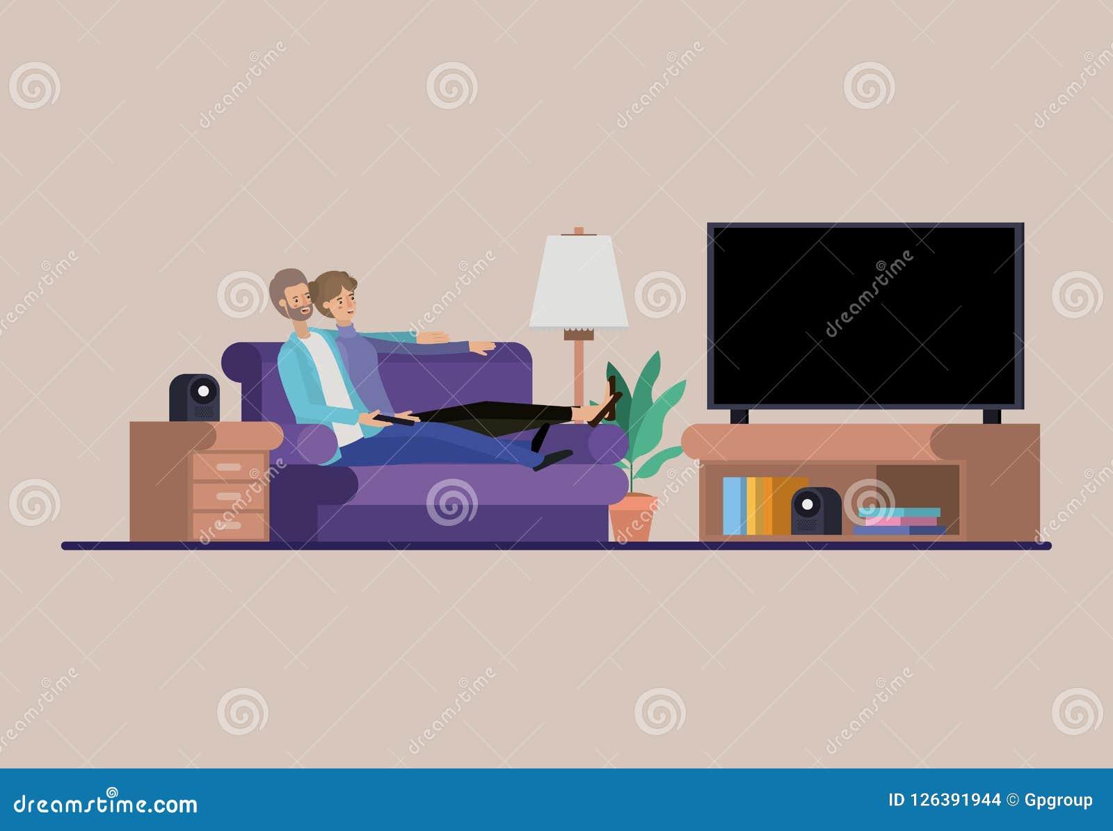 Молодые пары смотря ТВ на гостиной