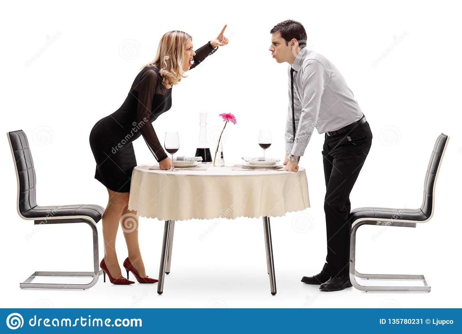 Молодые пары споря на таблице ресторана