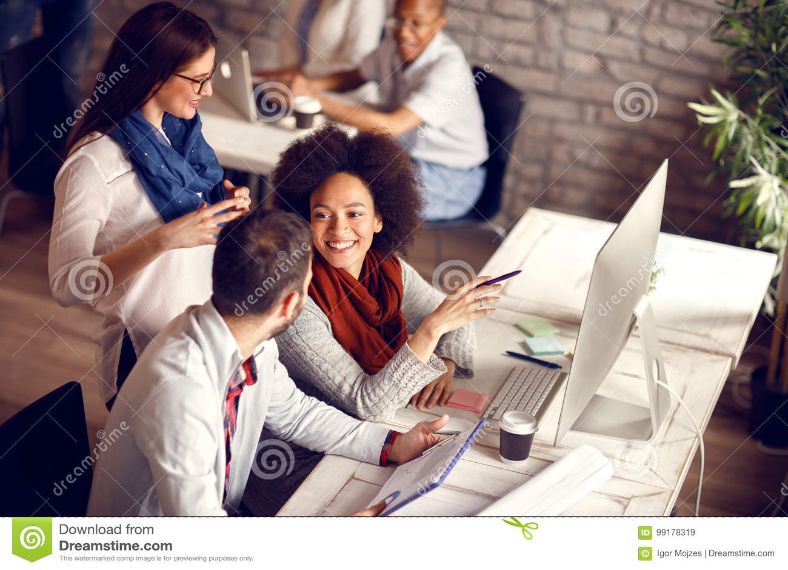 Молодые работники в офисе