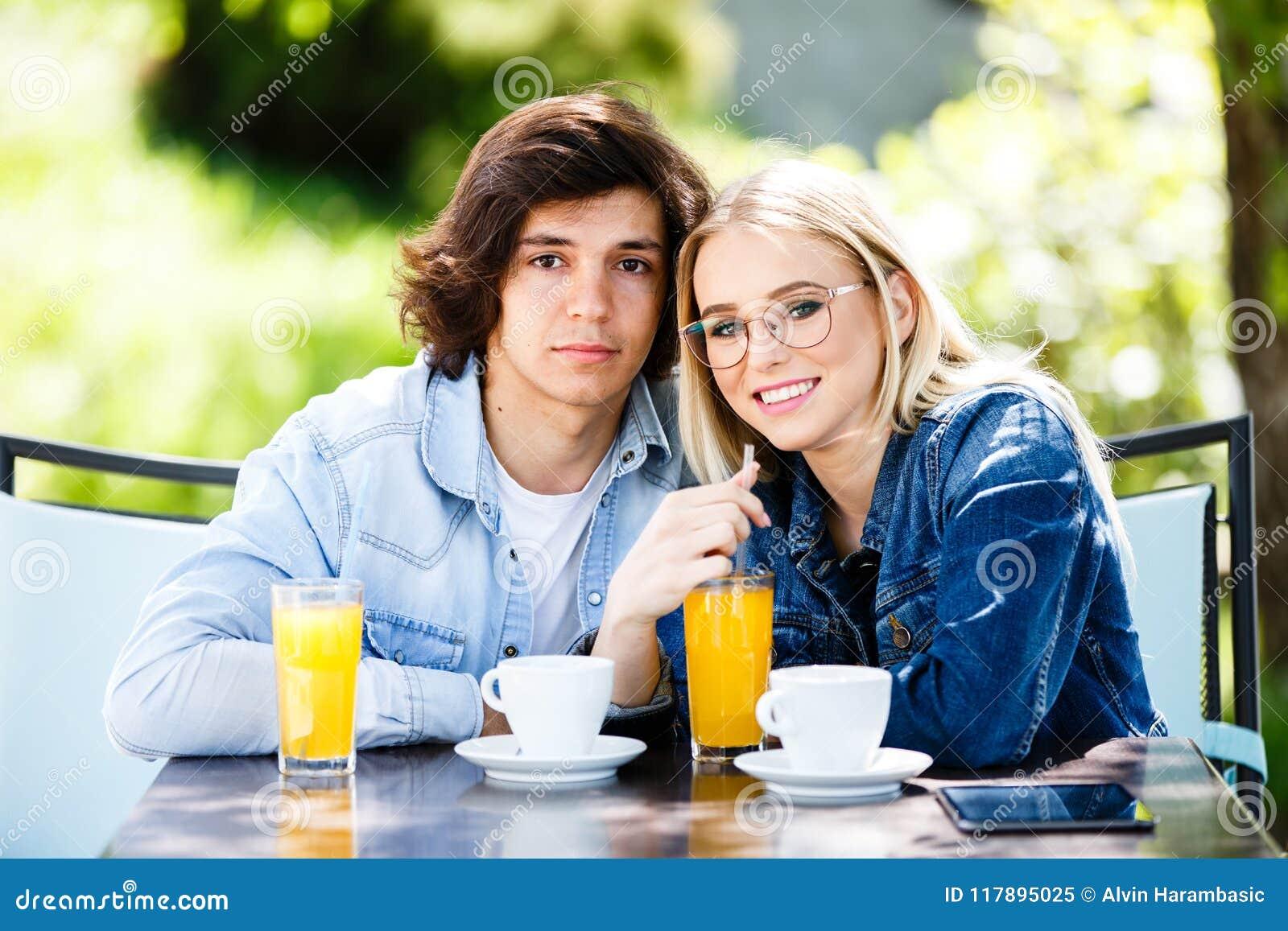 Молодые романтичные пары тратя время совместно - сидящ в ` s кафа