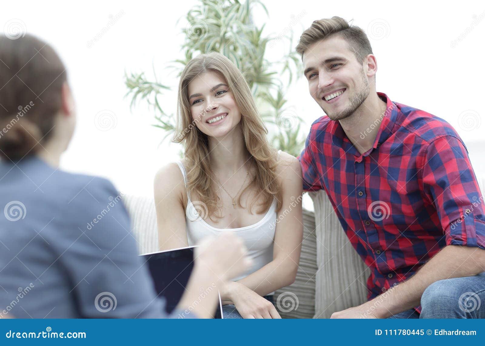 Молодые счастливые пары на терапевтической сессии с психологом семьи