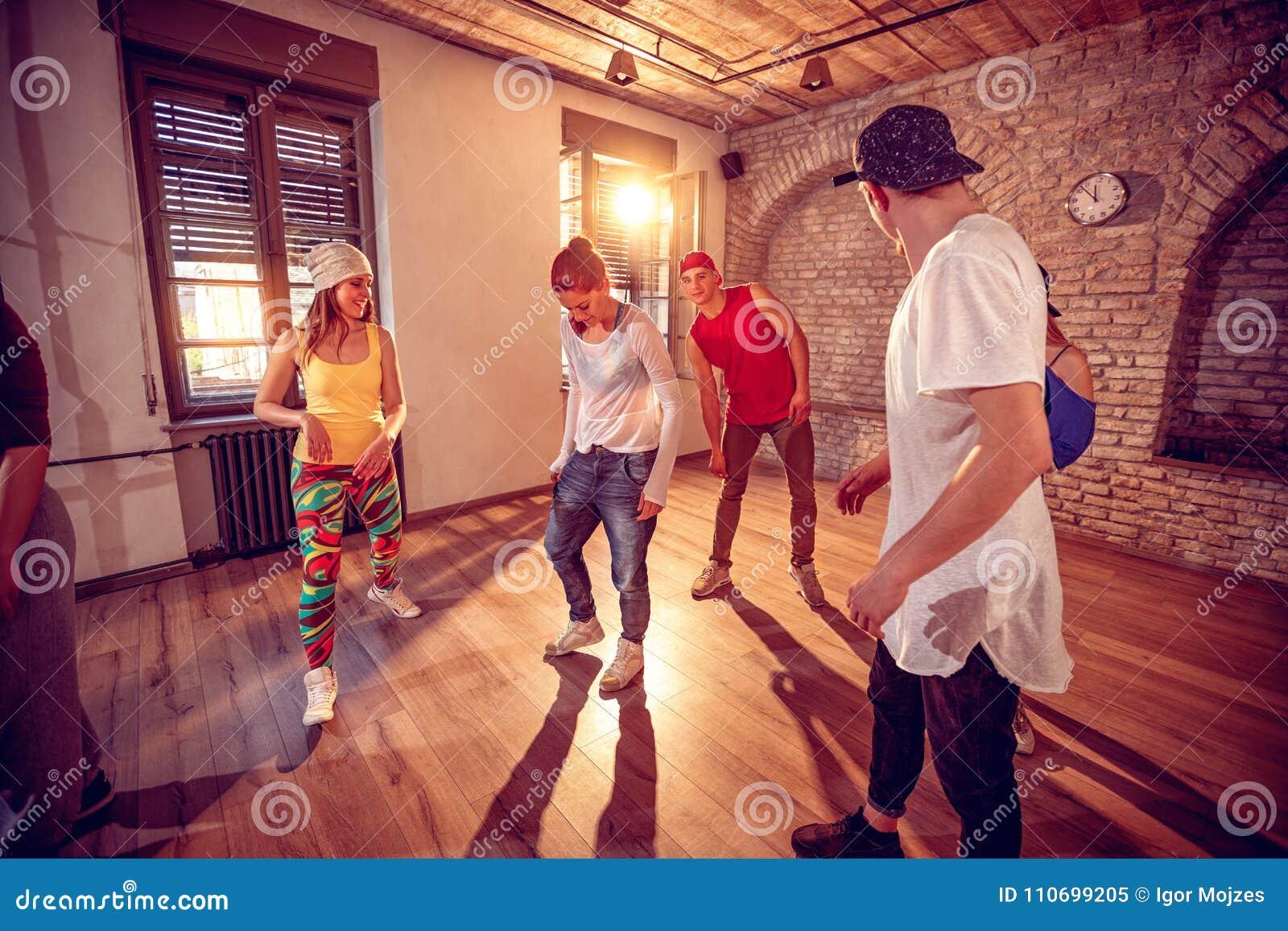 Молодые тазобедренные танцоры хмеля танцуя в студии Спорт, танцы и