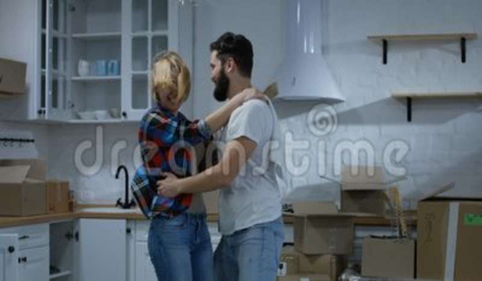 Молодые танцы пар в их новом доме акции видеоматериалы