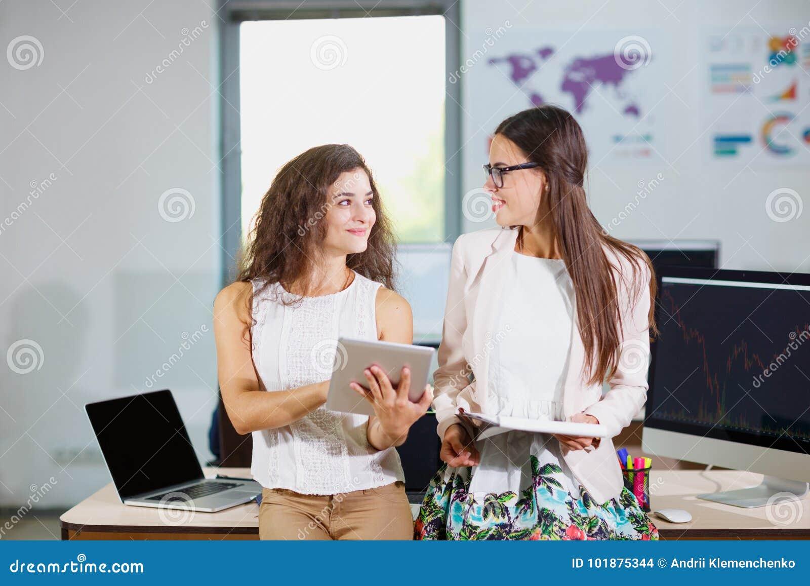2 молодых девушки дела смотря один другого
