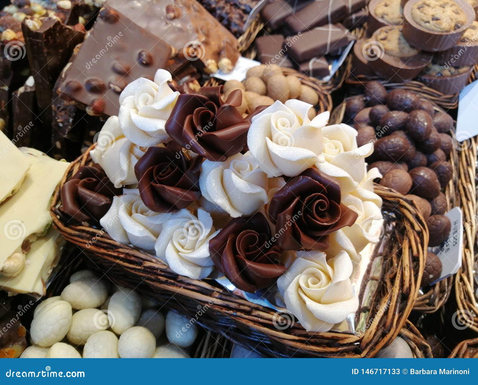 Молочный шоколад белых и в рынке в Барселоне в Испании
