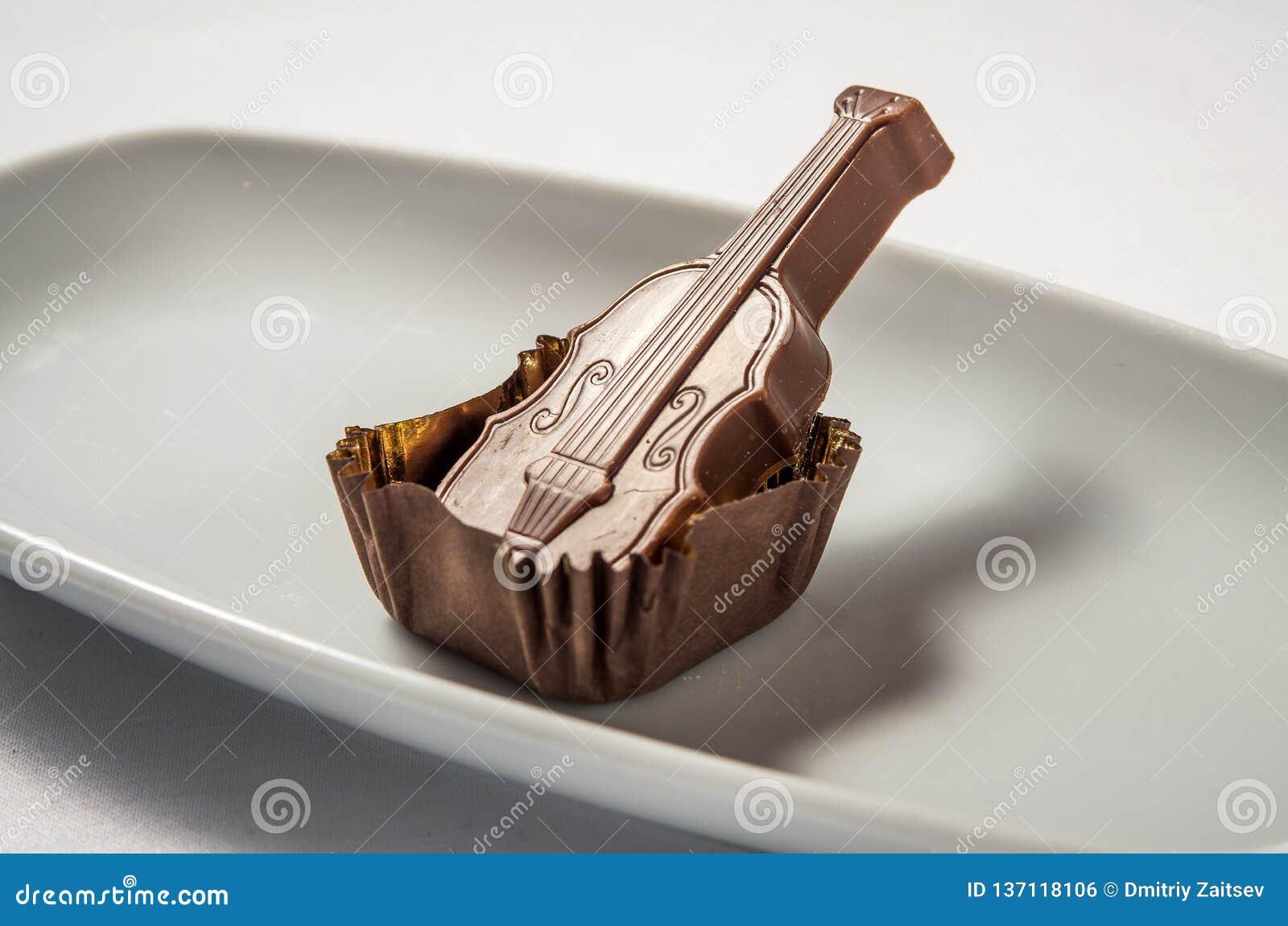 Молочный шоколад конфеты со скрипкой карамельки