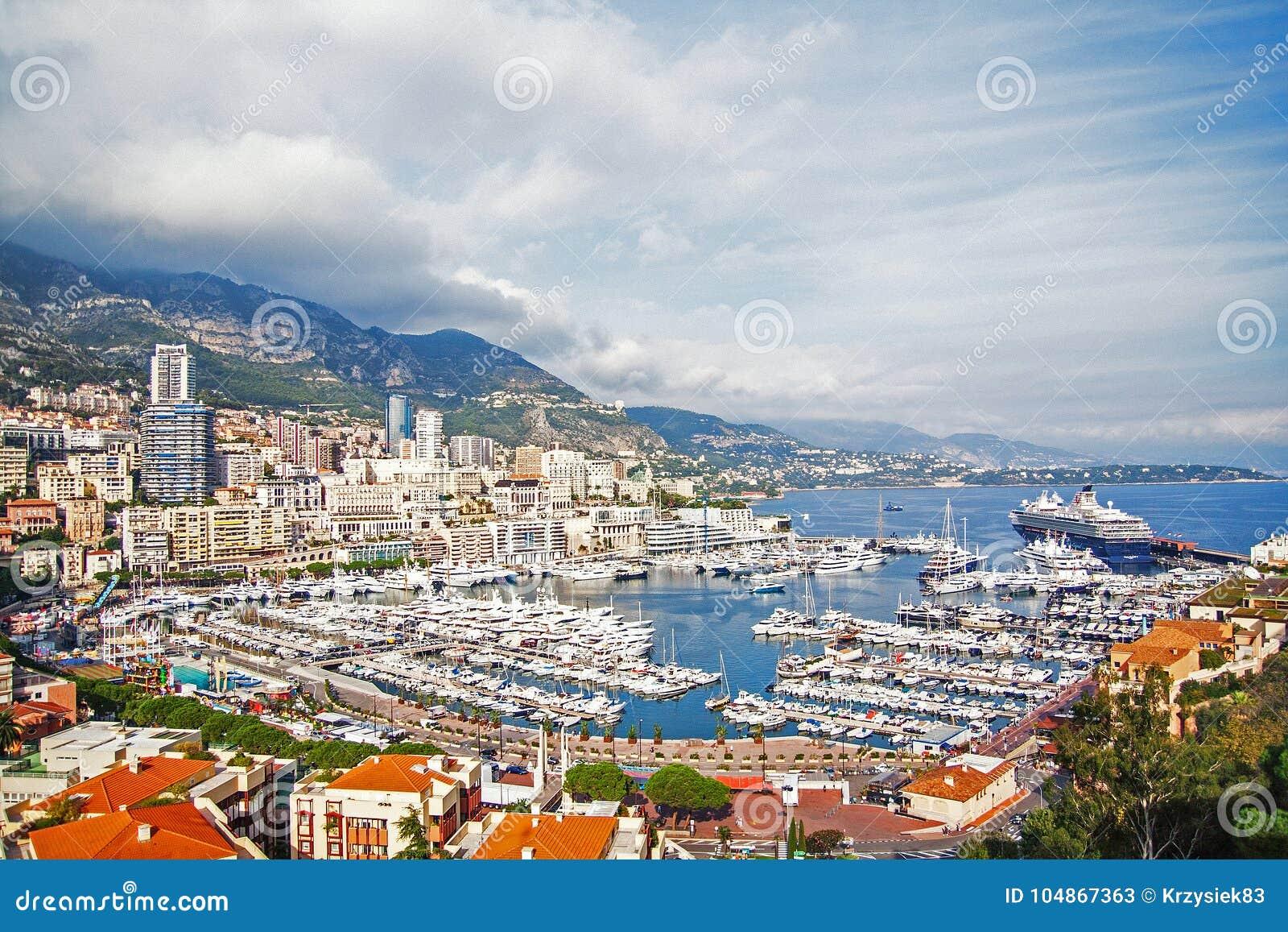 Монако заречье moscow один панорамный взгляд Туристическое судно, шлюпки, яхты и роскошь Немногие шаги от дворца ` s принца Монак