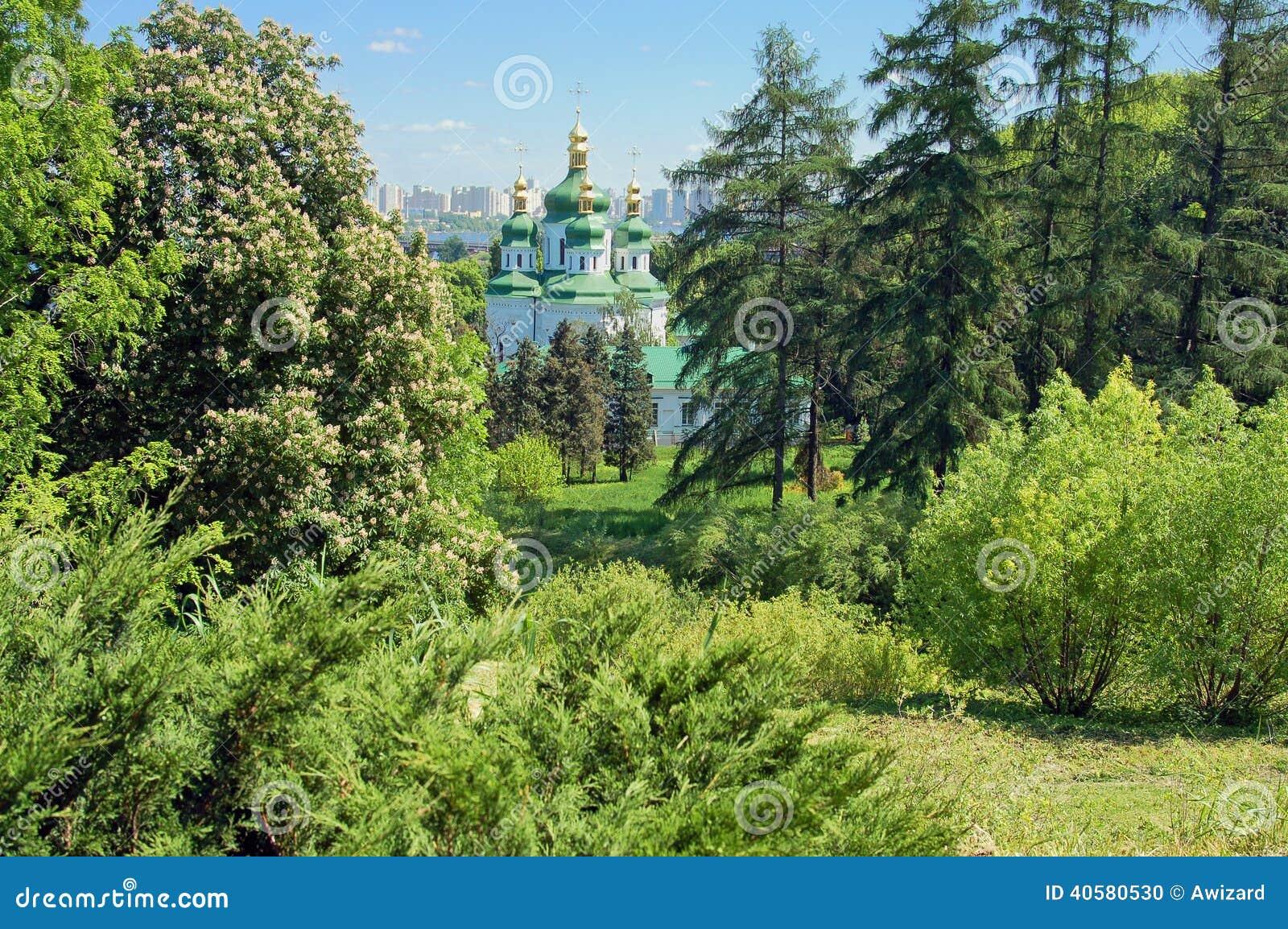Монастырь на холме в лесе, Kyiv, Украине