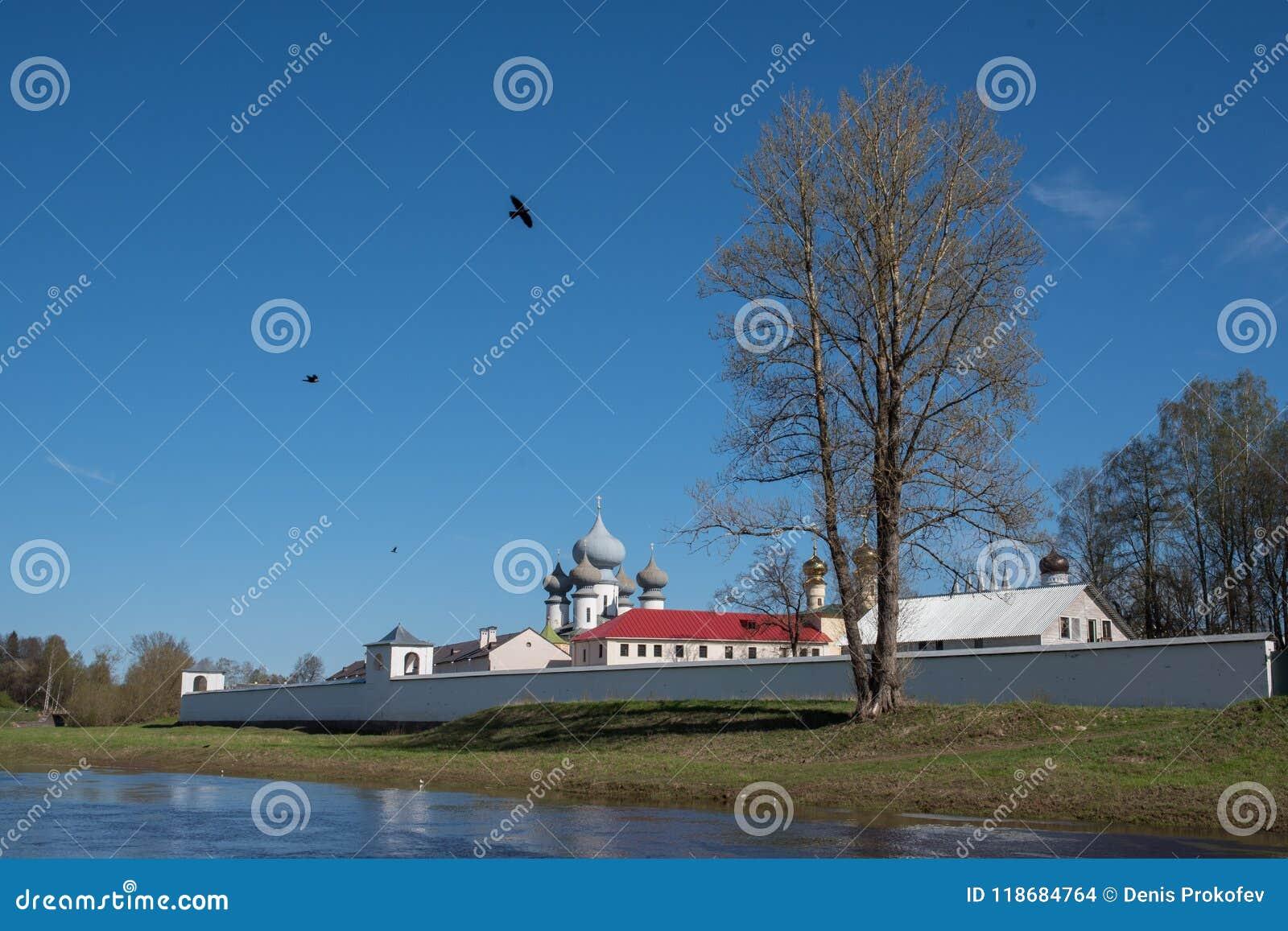 Монастырь с белыми стенами над рекой