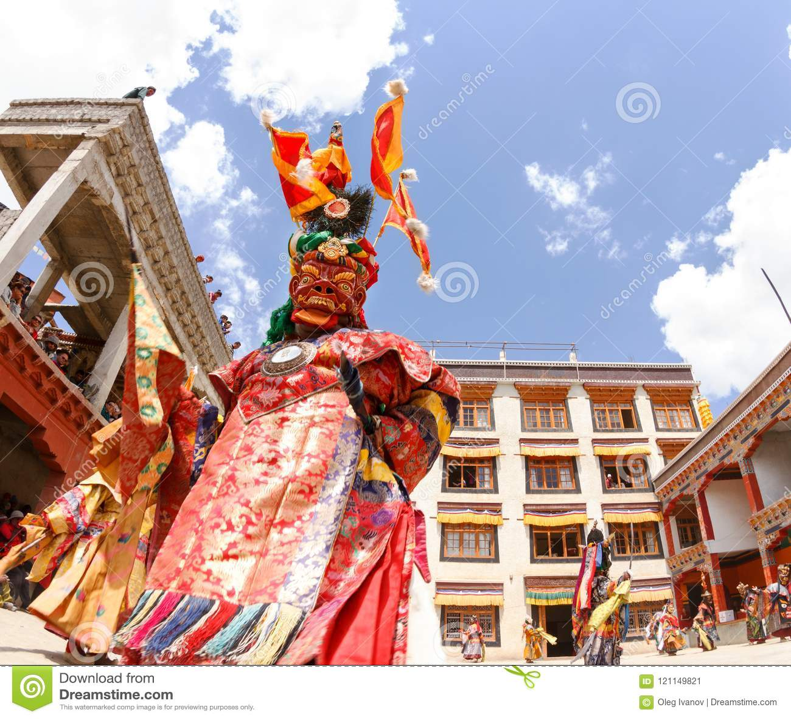 Монахи выполняют религиозный замаскированный и костюмированный танец тайны тибетского буддизма на традиционном фестивале танца Ch